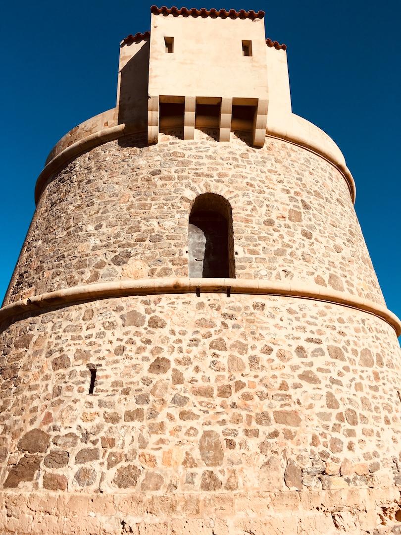 Wanderung am Pou des Lleo zum Torre d'en Valls auf Ibiza. #wandern #ibiza #spanien #balearen #urlaub #urlaubstipps #geheimtipps #torredenvalls