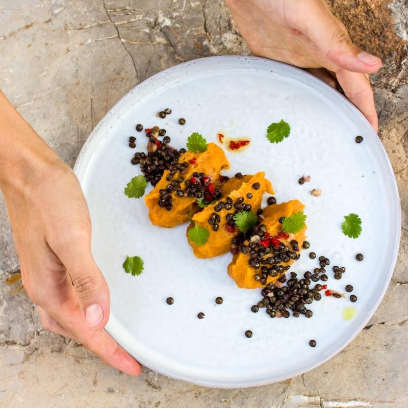 Süßkartoffelpüree mit Belugalinsen und Koriander-Chili-Öl