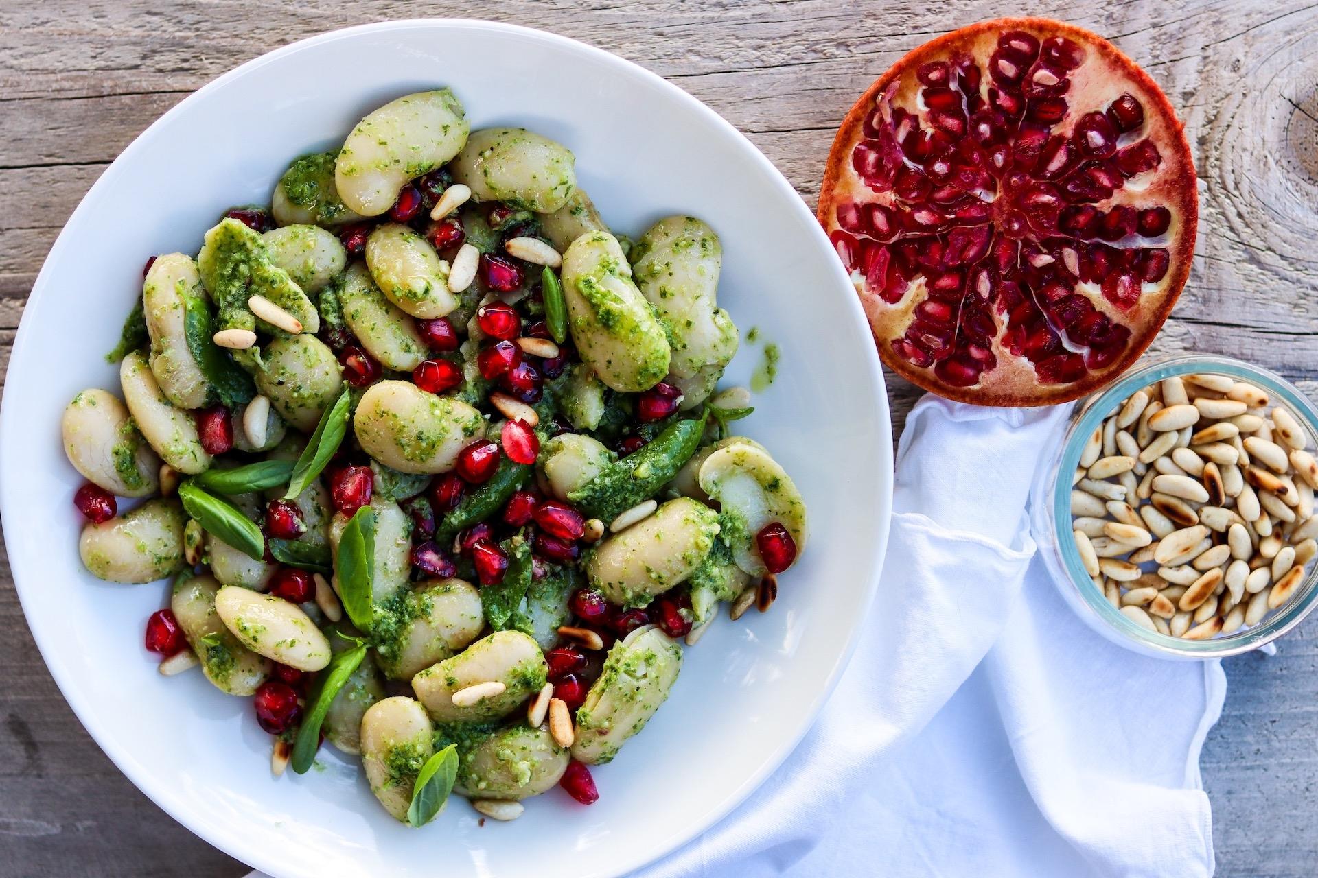 Schneller Salat aus weißen Bohnen, Pesto und Granatapfelkernen. Vegan & GF