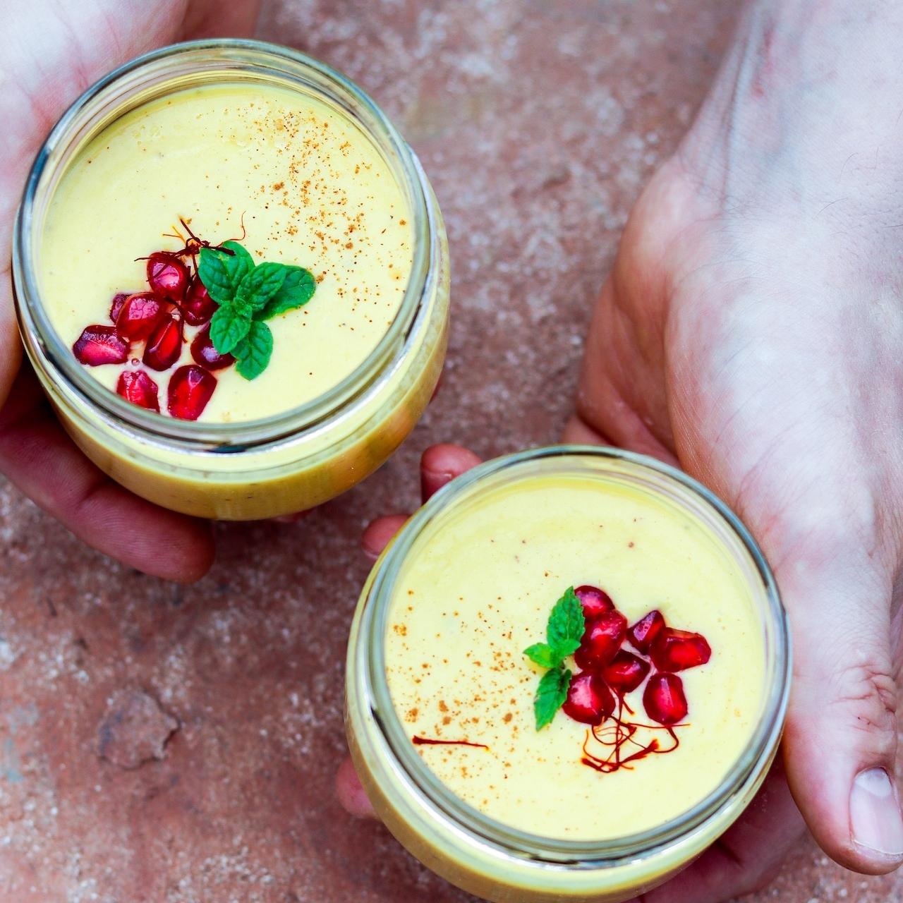 Einfaches und schnelles Rezept für Mango Lassi + vegane Option!
