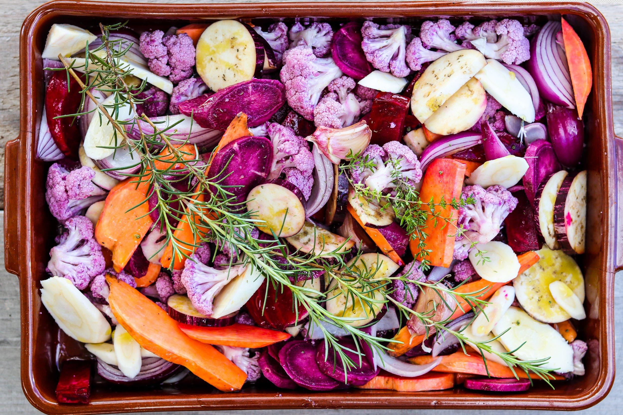 Mediterranes buntes Ofengemüse mit Fete-Joghurt-Salsa