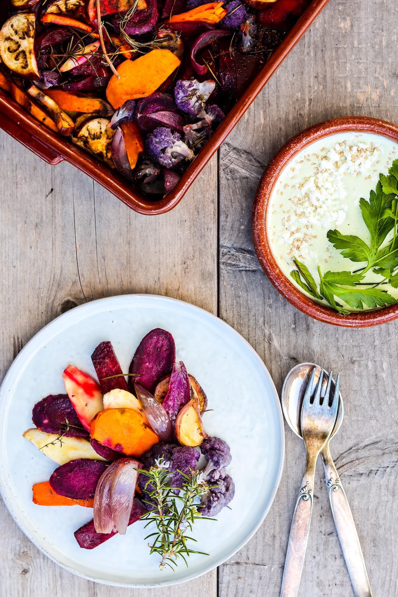 Leckeres Gemüse aus dem Ofen mit Kräuter-Feta-Salsa
