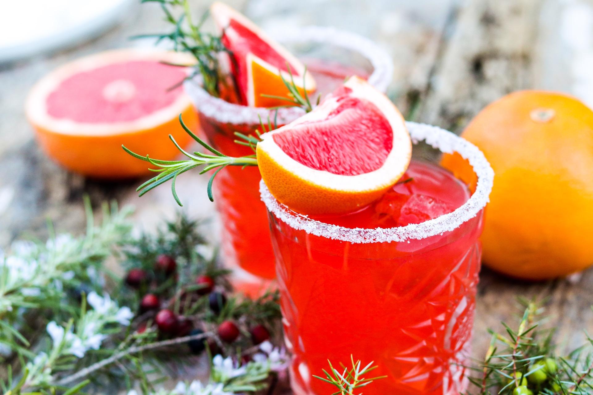 Festlicher Aperitif mit Gin und Grapefruit. Perfekt für die Adventszeit und Weihnachten.