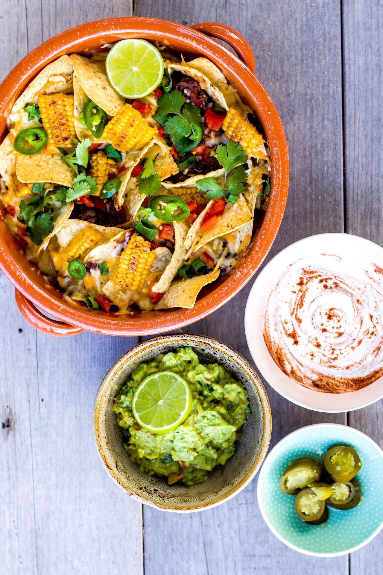 Mexikanische Nacho Casserole mit Guacamole. Einfach köstlich & vegetarisch.  #nachos #mexikanisch #guacamole