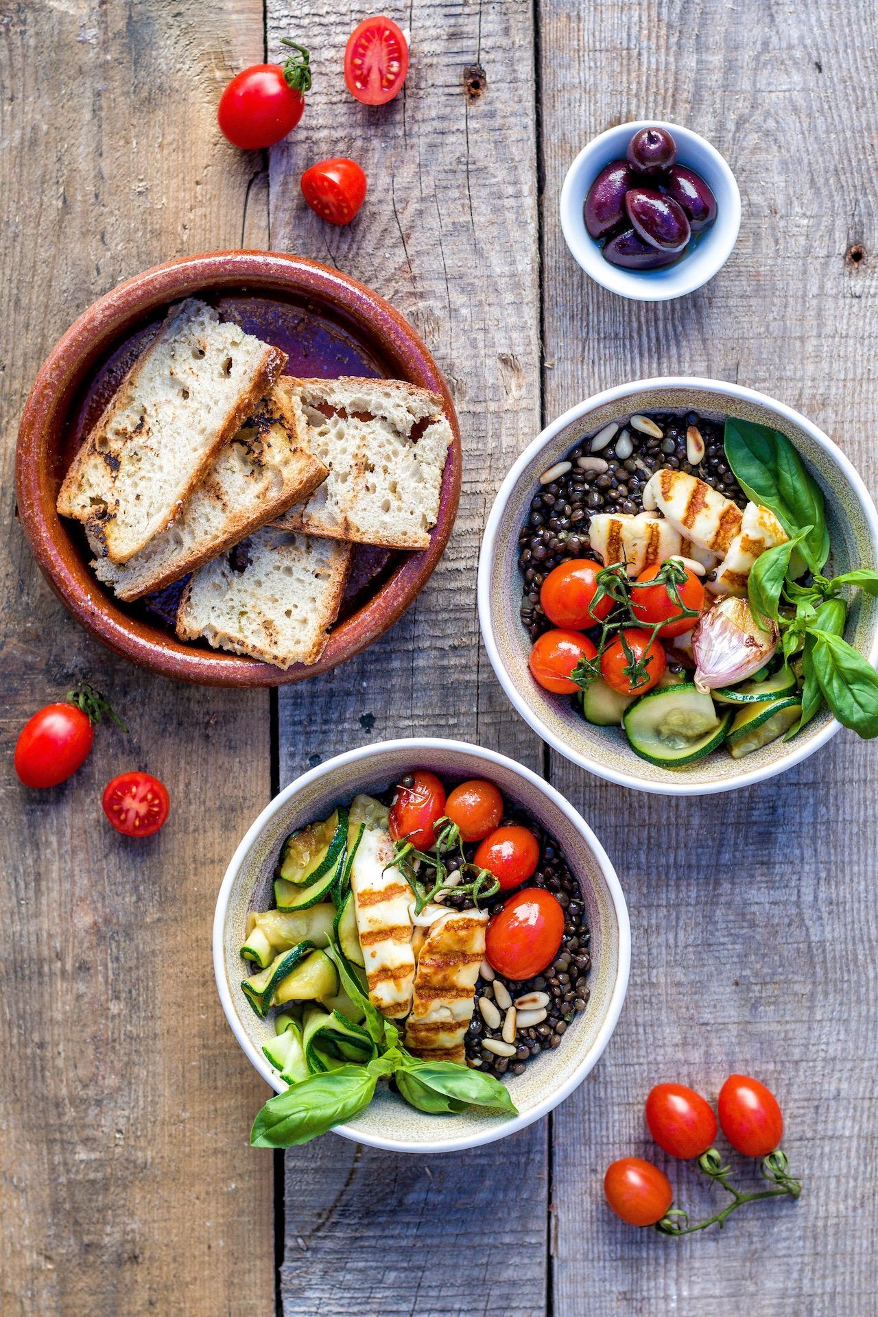 Lauwarmer Salat aus Belugalinsen, gegrillter Zucchini, Tomate und Halloumi. #mediterran #vegetarisch #einfach #halloumi #linsen