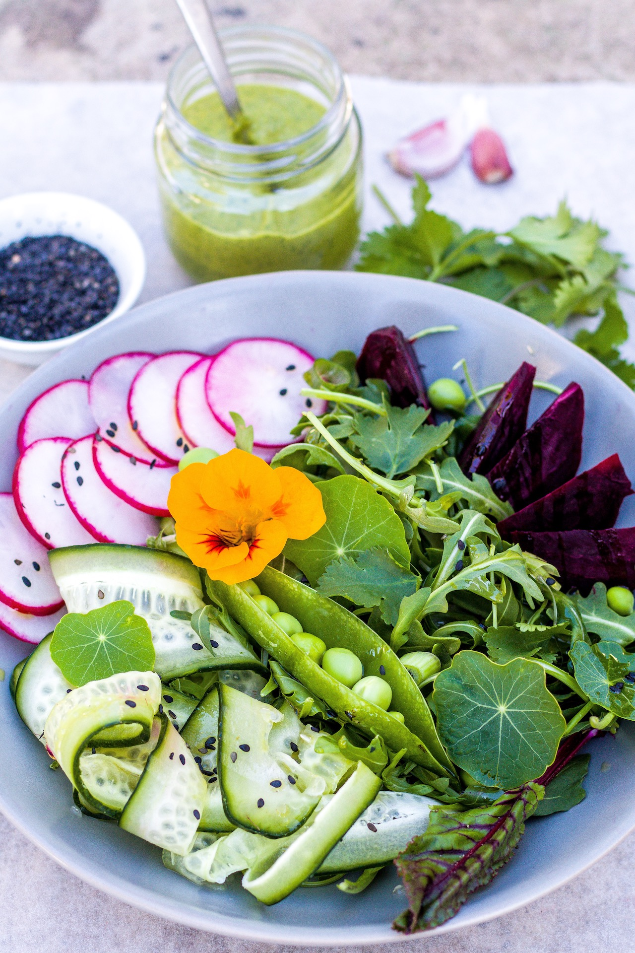 Frühlingshafter Superfoot-Salat mit Avocado-Koriander-Dressing. GF & Vegan.  #detox #superfood #rotebeete #erbsen #salat #avocado