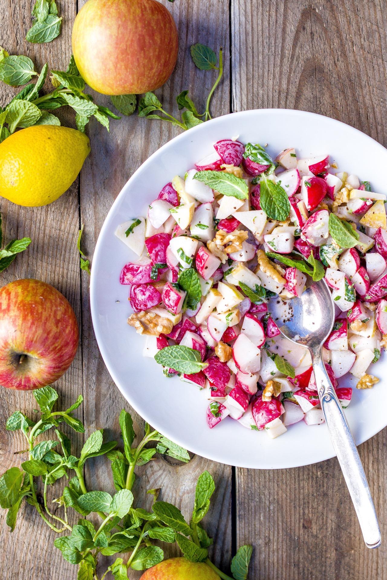 Schneller Salat aus Radieschen, Apfel und Walnüssen mit Minze. #salat #radieschen #lecker #einfach