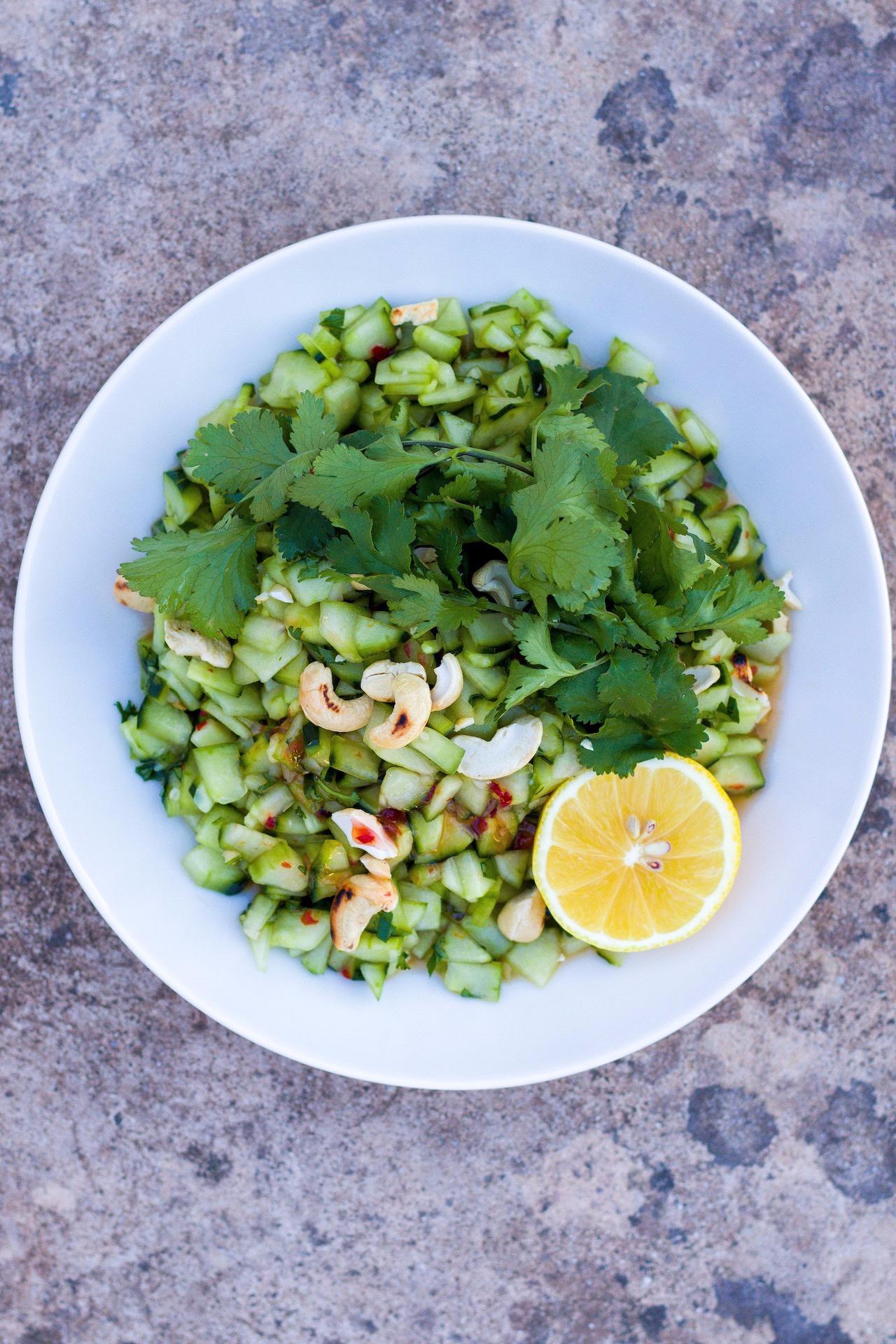 Einfacher und wirklich leckerer asiatischer Gurkensalat mit Cashews und Koriander. #asiatisch #einfach #gurkensalat #koriander