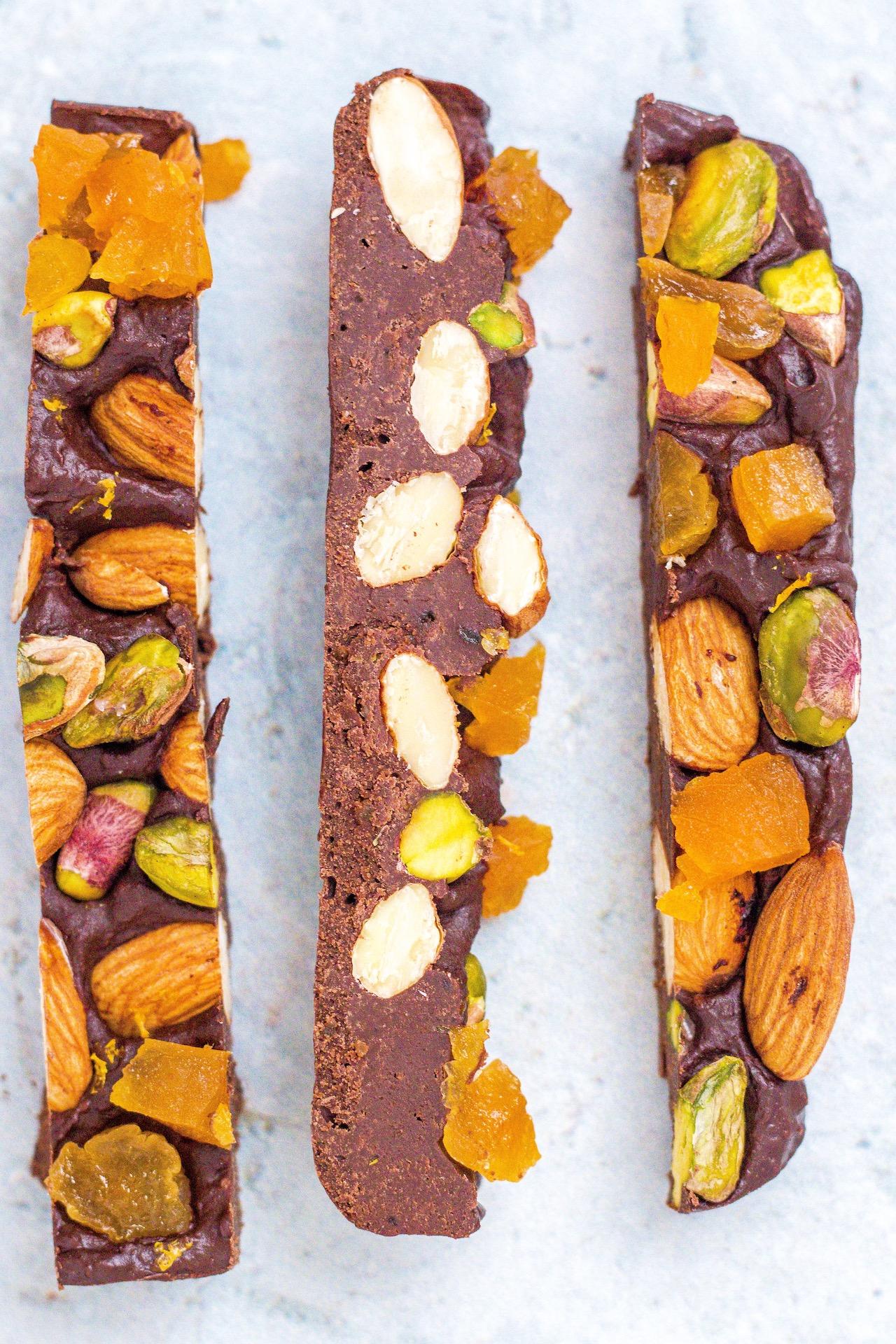Vegane Schokoriegel aus Datteln, Trockenfrüchten und Nüssen.  #vegan #schokolade #einfach