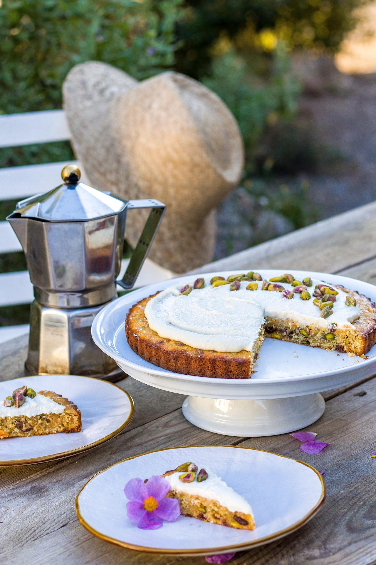 Köstlicher Karottenkuchen mit Pistazien, Kardamom und Cashew-frosting. #ostern #lecker #einfach #karotten #kuchen #backen