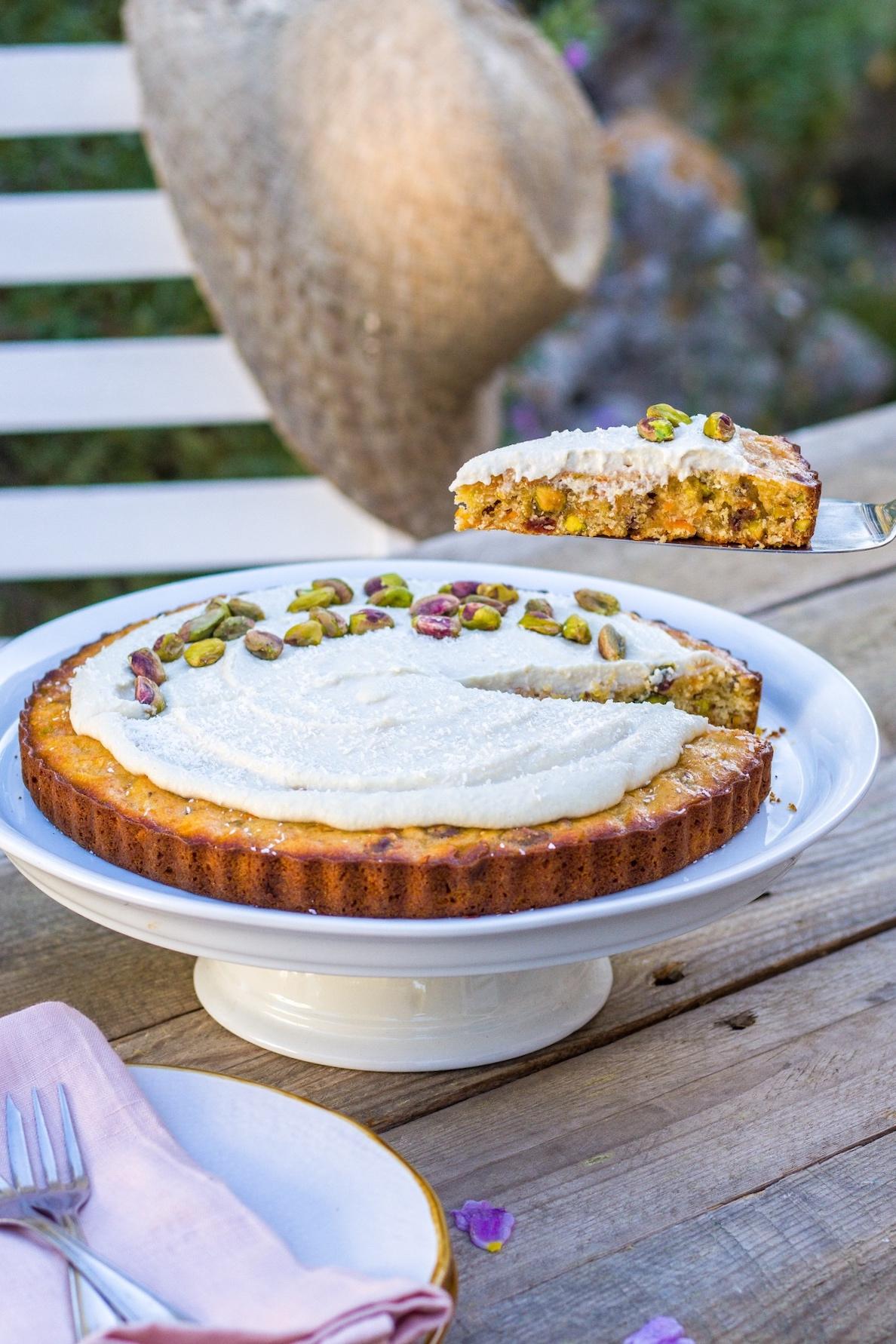 Köstlicher Karottenkuchen mit Kardamom und Pistazien! Perfekt für den bevorstehenden Frühling und Ostern. #ostern #backen #lecker #karottenkuchen