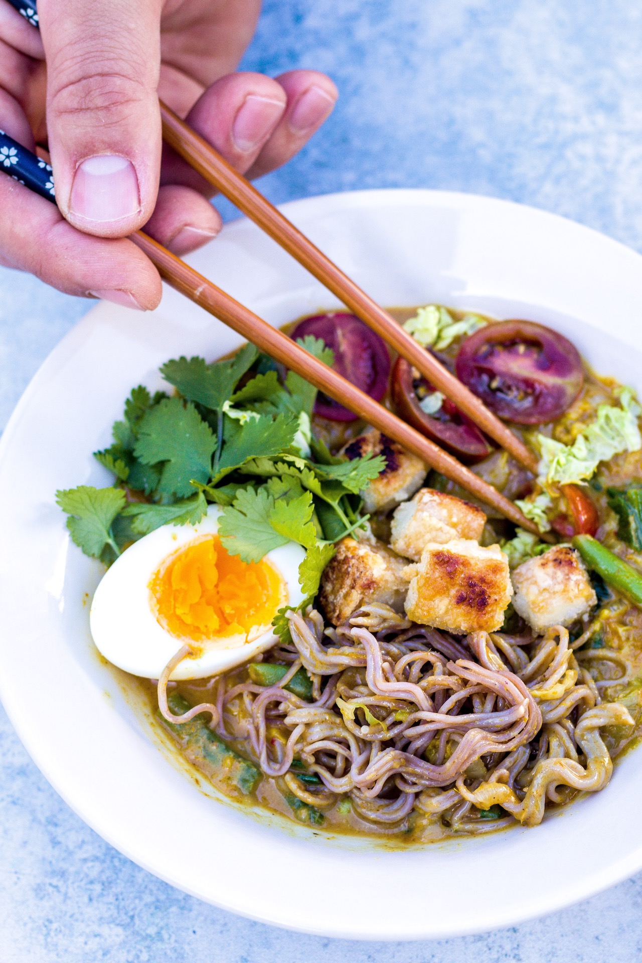 Indonesisches gelbes Curry mit Raman-Nudeln, Knusper-Tofu und Ei. #Vegetarisch #curry #einfach #indonesien