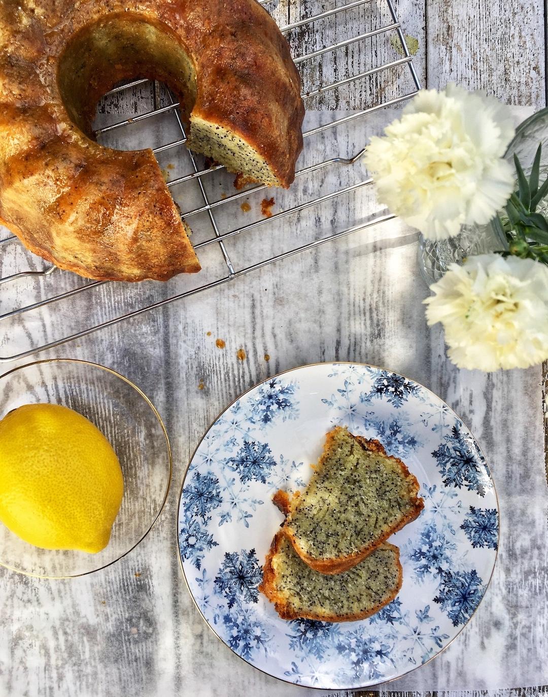 Einfacher Zitronen-Mohn-Kuchen. Der perfekte Begleiter zu Kaffee oder Tee. #backen #mohn #zitrone #einfach