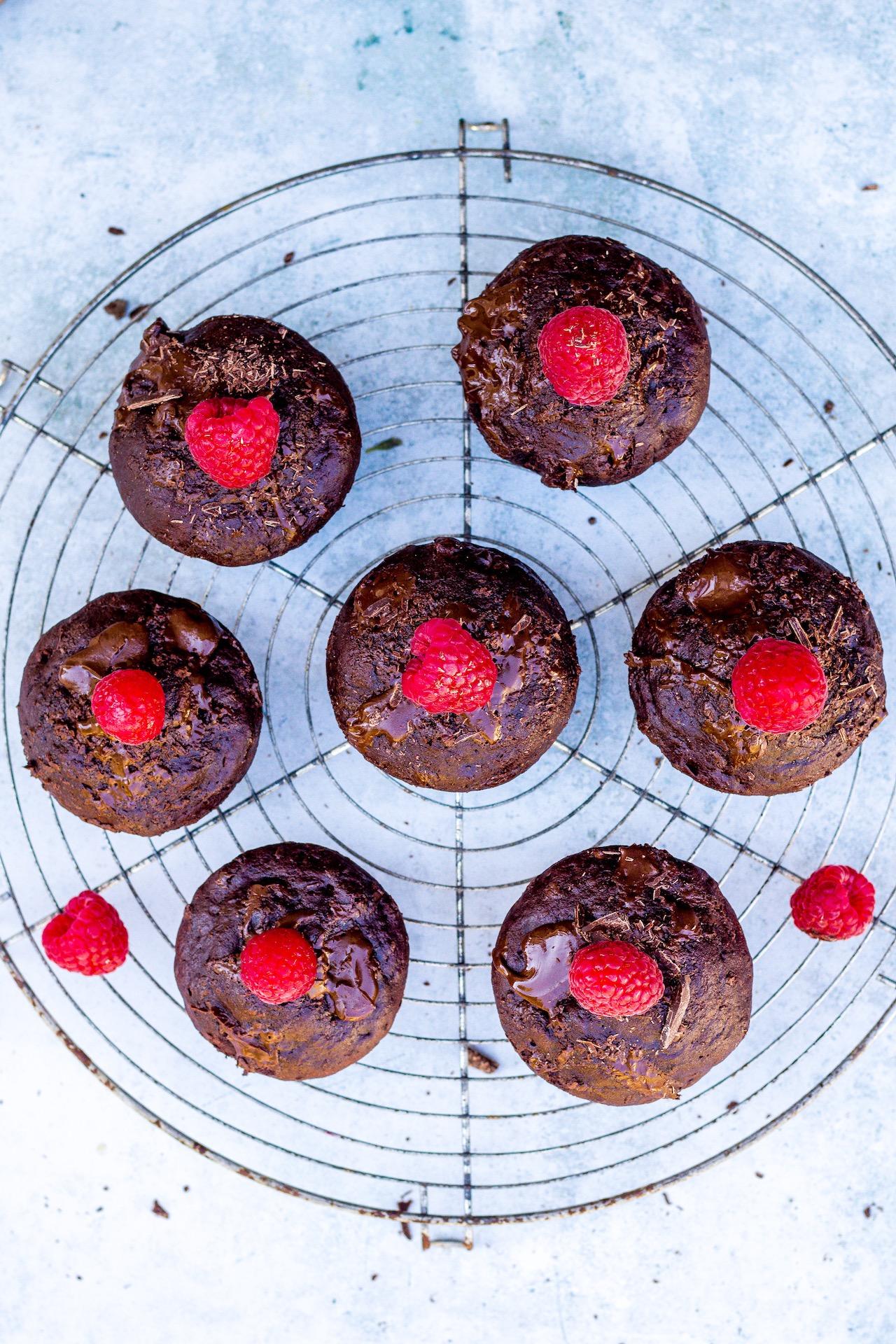 Vegane Schokoladen-Bananen-Muffins. Kinderleicht und super lecker! #vegan #schokolade #backen #banane