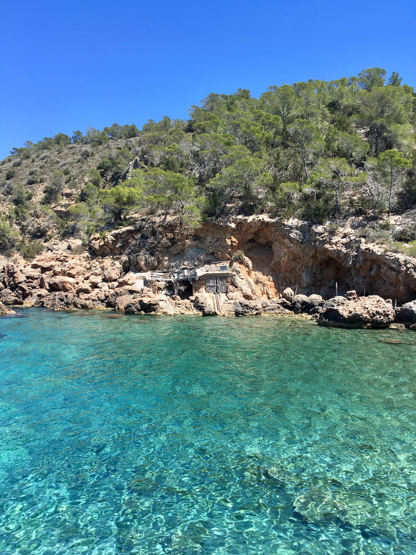 Cala Xuclar - wunderschöne Natur-Bucht in Ibizas Norden #Ibiza #Urlaub #Strand #Geheimtipp #Schnorcheln #Kajak #SUP