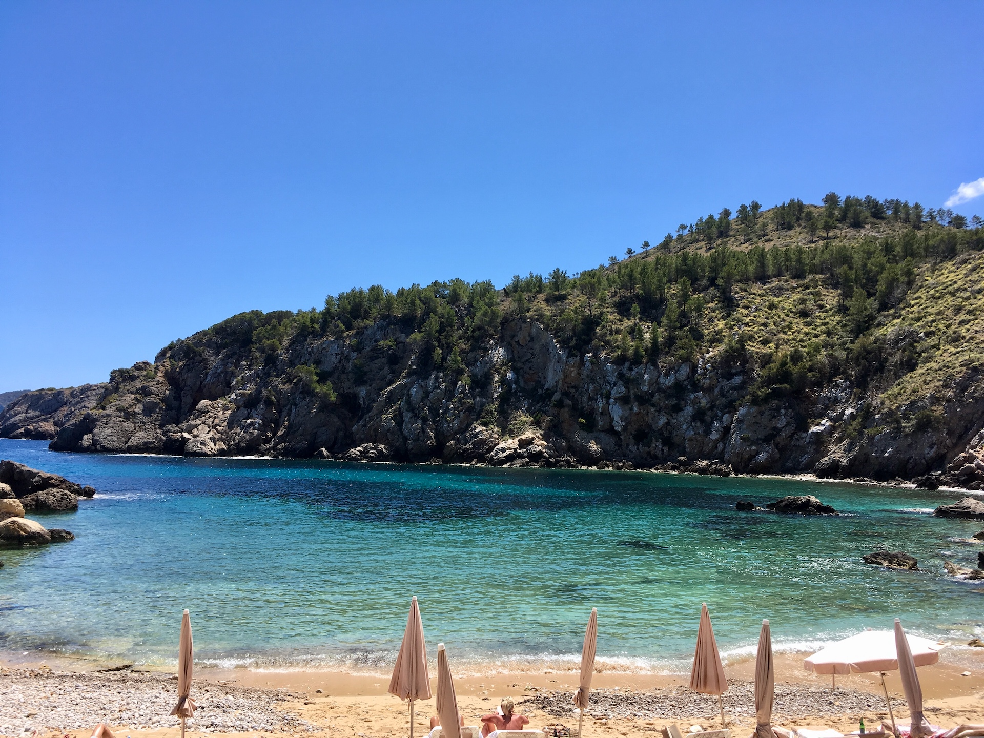 Cala d'en Serra - wunderschöne Natur-Bucht in Ibizas Norden #Ibiza #Urlaub #Strand #Geheimtipp #Schnorcheln #Kajak #SUP