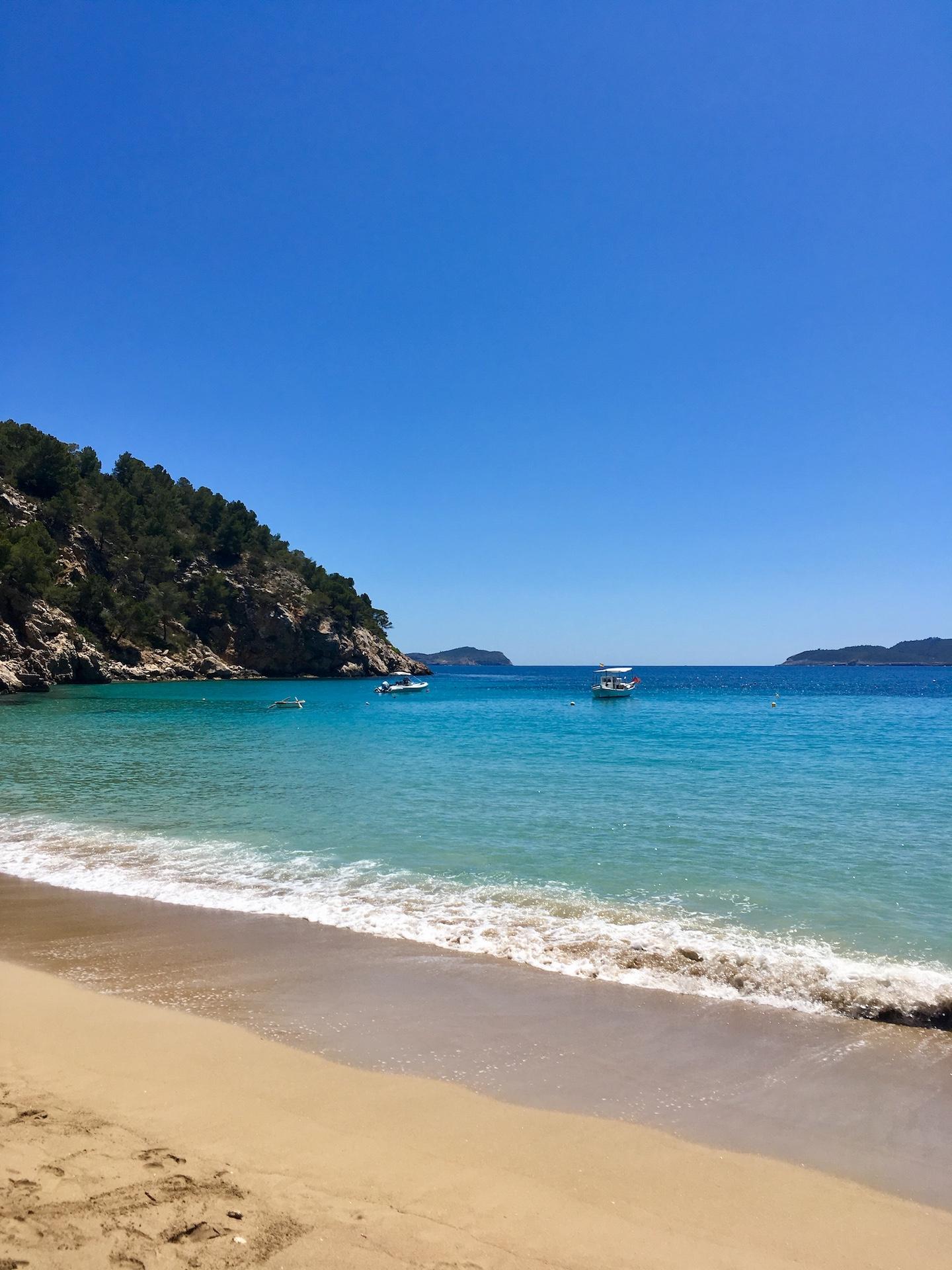 Cala Sant Vicente - wunderschöne Natur-Bucht in Ibizas Norden #Ibiza #Urlaub #Strand #Geheimtipp #Schnorcheln #Kajak #SUP.jpg