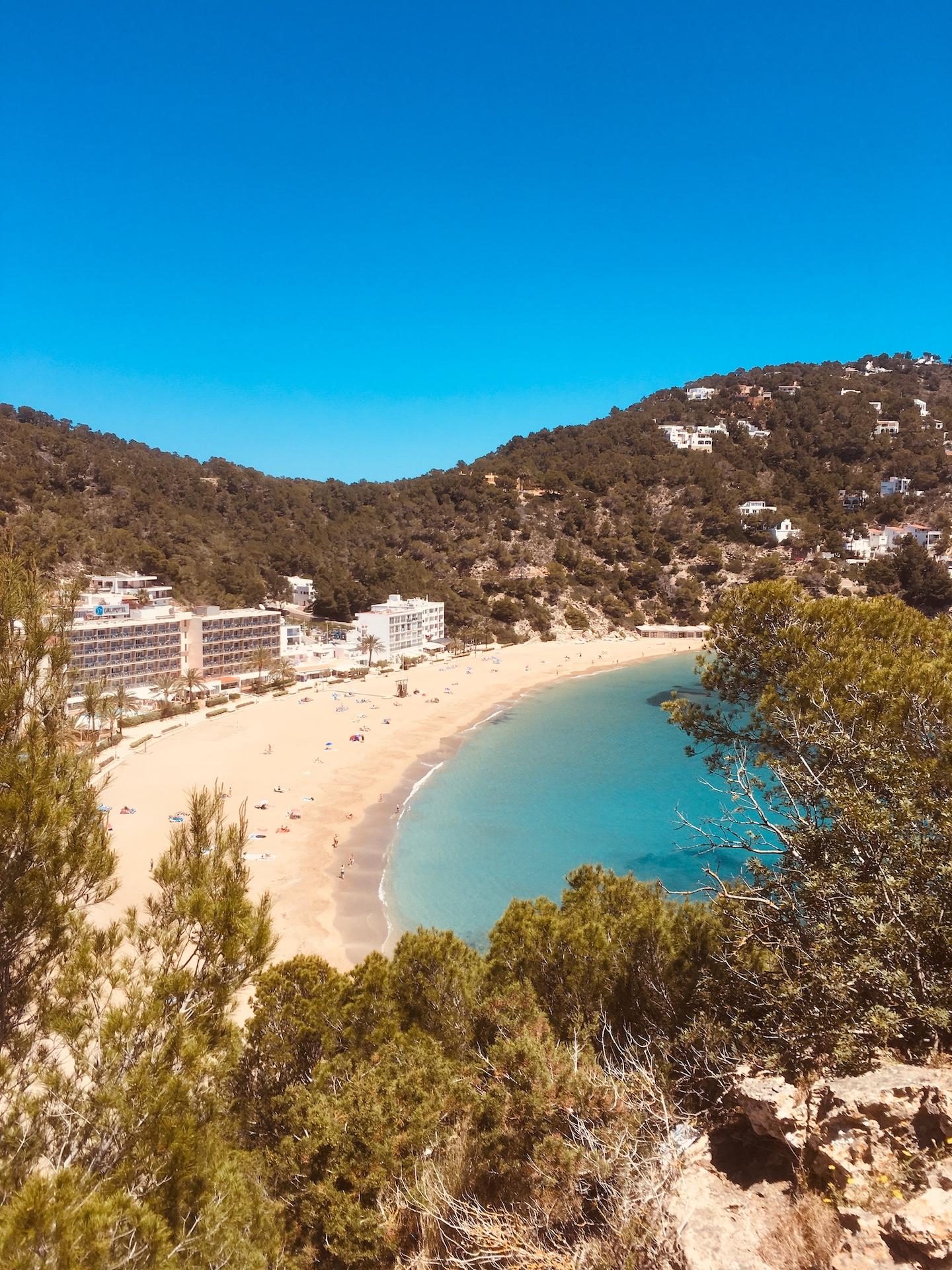 Cala Sant Vicente - wunderschöne Natur-Bucht in Ibizas Norden #Ibiza #Urlaub #Strand #Geheimtipp #Schnorcheln #Kajak #SUP