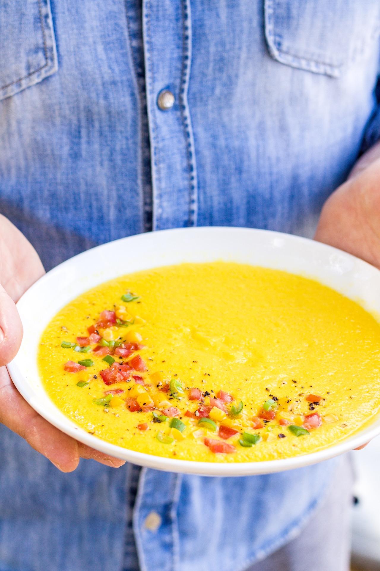 Erfrischende gelbe Gazpacho aus Mais, Paprika und Tomaten. Ganz fix und einfach gemacht und mega lecker! #gazpacho #gelb #spanien #mais #vegan #lecker #vegetarisch #suppe