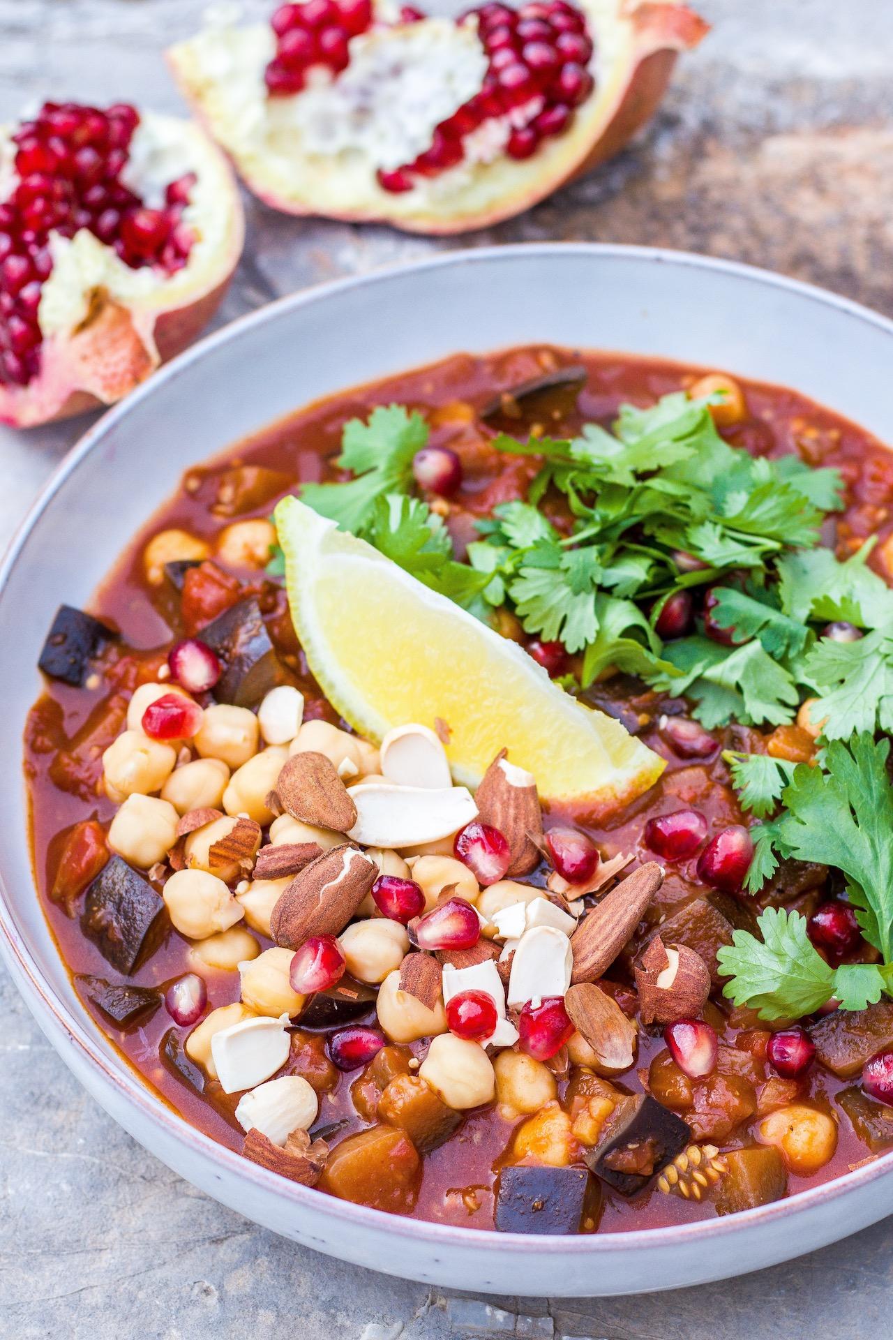 Aromatisches, marokkanisches Auberginengemüse mit Safran, Granatapfelkernen und Mandeln. #vegan #glutenfrei #vegetarisch #auberginen #safran