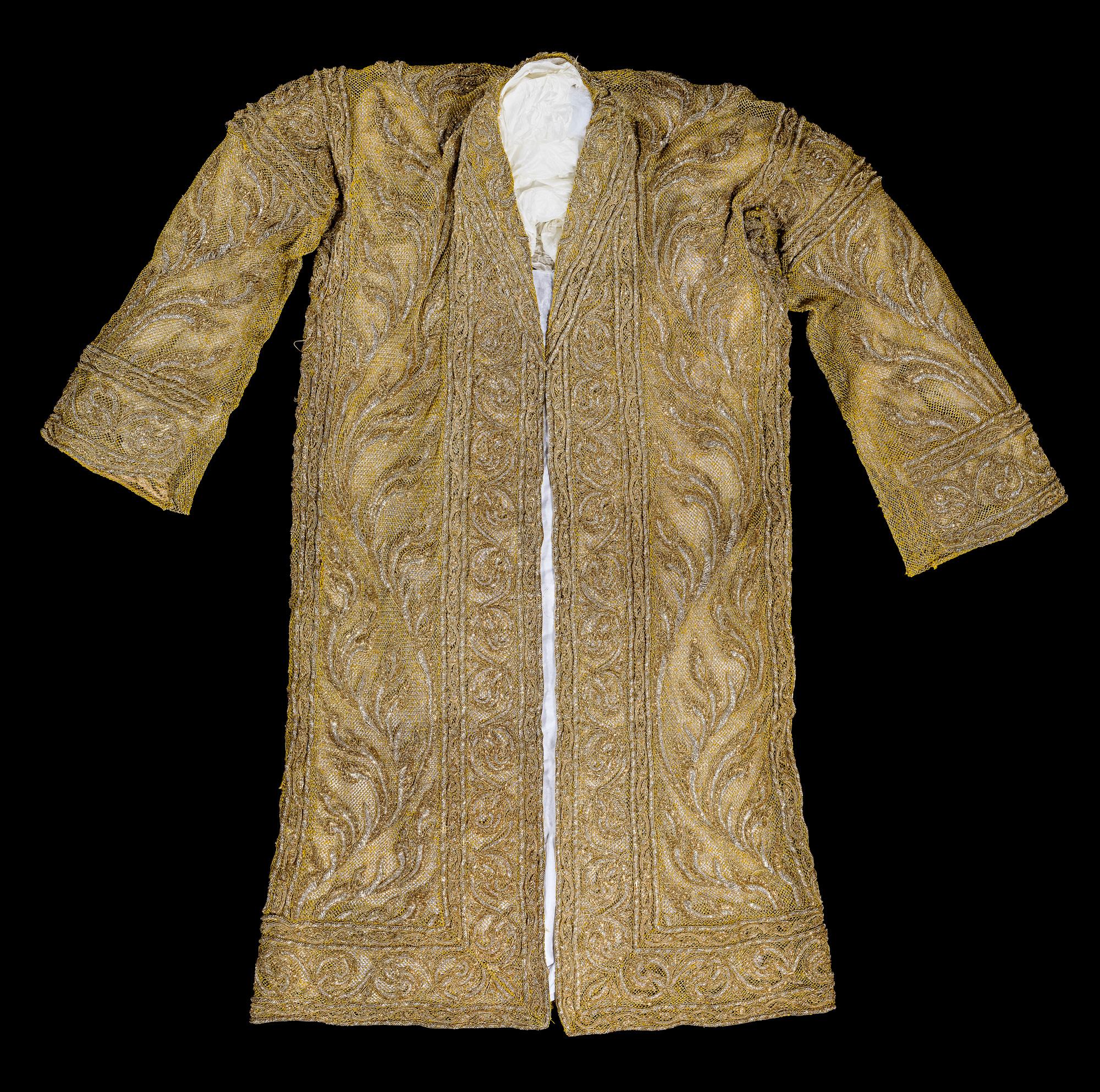 Chalong Phra Ong Khrui (Ceremonial Gold Robe) Gift from Prince Wan Waithayakon to the Smithsonian Institution, 1947 98 x 79 cm Courtesy of the Smithsonian Institution, Department of Anthropology; E-385867-0; Photo by Jim Di Loreto  ฉลองพระองค์ครุย ของขวัญประทานจากพระเจ้าวรวงศ์เธอ พระองค์เจ้าวรรณไวทยากร กรมหมื่นนราธิปพงศ์ประพันธ์ แก่สถาบันสมิธโซเนียน พ.ศ. ๒๔๙๐ ๙๘ x ๗๙ ซม. ได้รับความอนุเคราะห์จากฝ่ายมานุษยวิทยา สถาบันสมิธโซเนียน ; E-385867-0; ถ่ายโดยจิม ดิลอเรโต