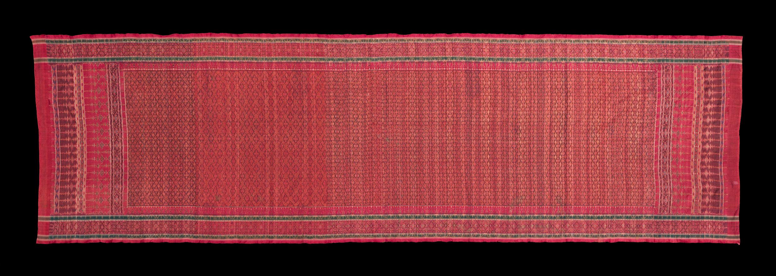 Silk Hip Wrapper for Nobleman Gift from King Mongkut to President Franklin Pierce, 1856 96 x 319 cm Courtesy of the Smithsonian Institution, Department of Anthropology; E83-0; Photo by James Di Loreto and Lucia RM Martino  ผ้านุ่งสำหรับขุนนาง ของขวัญพระราชทานจากพระบาทสมเด็จพระจอมเกล้าเจ้าอยู่หัว แก่ประธานาธิบดีแฟรงกลิน เพียร์ซ พ.ศ. ๒๓๙๙ ๙๖ x ๓๑๙ ซม. ได้รับความอนุเคราะห์จากฝ่ายมานุษยวิทยา สถาบันสมิธโซเนียน; E83-0; ถ่ายโดยเจมส์ ดิลอเรโต และลูเซีย อาร์เอ็ม มาร์ติโน