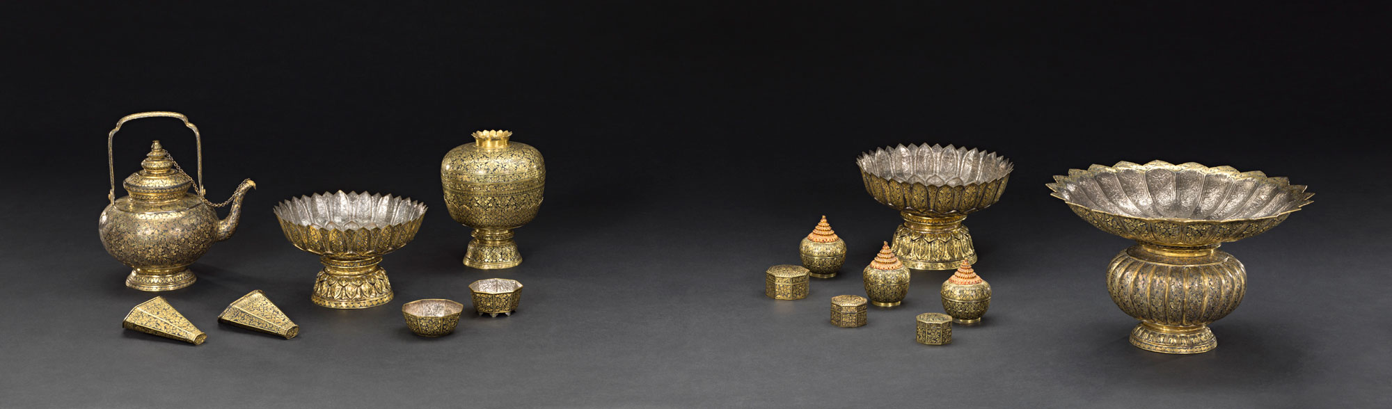 Gold Nielloware Waterpot, envelopes for betel leaf, stands, water bowl, lidded containers, and spittoon Gift from King Chulalongkorn to the Smithsonian Institution, 1876 Courtesy of the Smithsonian Institution, Department of Anthropology; Left: E27150-0, E27153-0, E27155-0, E27156; Right: E27149-0, E27153-0, E27157-0; Photo by Jim Di Loreto  ชุดเชี่ยนหมากถมตะทองและชุดเครื่องแป้งถมตะทอง กาน้ำ ซองพลู พานรอง ขัน โถปริก และกระโถนปากแตรใหญ่ ของขวัญพระราชทานจากพระบาทสมเด็จพระจุลจอมเกล้าเจ้าอยู่หัว แก่สถาบันสมิธโซเนียน พ.ศ. ๒๔๑๙ ได้รับความอนุเคราะห์จากฝ่ายมานุษยวิทยา สถาบันสมิธโซเนียน; ซ้าย: E27150-0, E27153-0, E27155-0, E27156; ขวา E27149-0, E27153-0, E27157-0; ถ่ายโดยจิม ดิลอเรโต