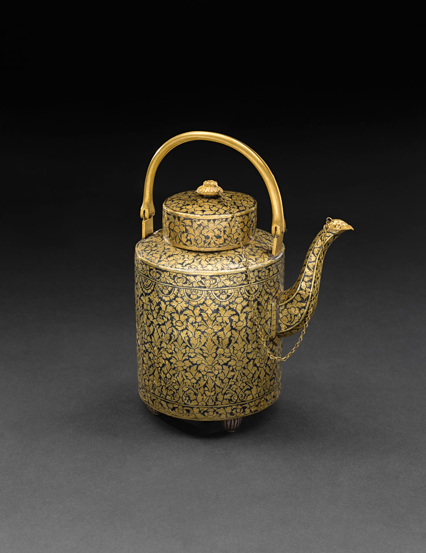 Gold Niello Waterpot Gift from King Mongkut to President Franklin Pierce, 1856 22.2 x 16.2 cm Courtesy of the Smithsonian Institution, Department of Anthropology; E65-0; Photo by James Di Loreto, Lucia RM Martino, and Kate D. Sherwood  กาน้ำถมทอง ของขวัญพระราชทานจากพระบาทสมเด็จพระจอมเกล้าเจ้าอยู่หัว แก่ประธานาธิบดีแฟรงกลิน เพียร์ซ พ.ศ. ๒๓๙๙ ๒๒.๒ x ๑๖.๒ ซม. ได้รับความอนุเคราะห์จากฝ่ายมานุษยวิทยา สถาบันสมิธโซเนียน; E65-0; ถ่ายโดยเจมส์ ดิลอเรโต ลูเซีย อาร์เอ็ม มาร์ติโน และเคท ดี. เชอร์วูด