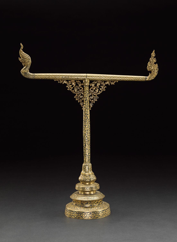 Gold Niello Towel Stand 51 x 41 cm 13.8 cm diameter (base) Gift from King Chulalongkorn to the Smithsonian Institution, 1876 Courtesy of the Smithsonian Institution, Department of Anthropology; E27151-0; Photo by Jim Di Loreto  ราวแขวนผ้าเช็ดหน้าถมตะทอง ของขวัญพระราชทานจากพระบาทสมเด็จพระจุลจอมเกล้าเจ้าอยู่หัว แก่สถาบันสมิธโซเนียน พ.ศ. ๒๔๑๙ ๕๑ x ๔๑ ซม. เส้นผ่านศูนย์กลาง ๑๓.๘ ซม. (ฐาน) ได้รับความอนุเคราะห์จากฝ่ายมานุษยวิทยา สถาบันสมิธโซเนียน; E27151-0; ถ่ายโดยจิม ดิลอเรโต