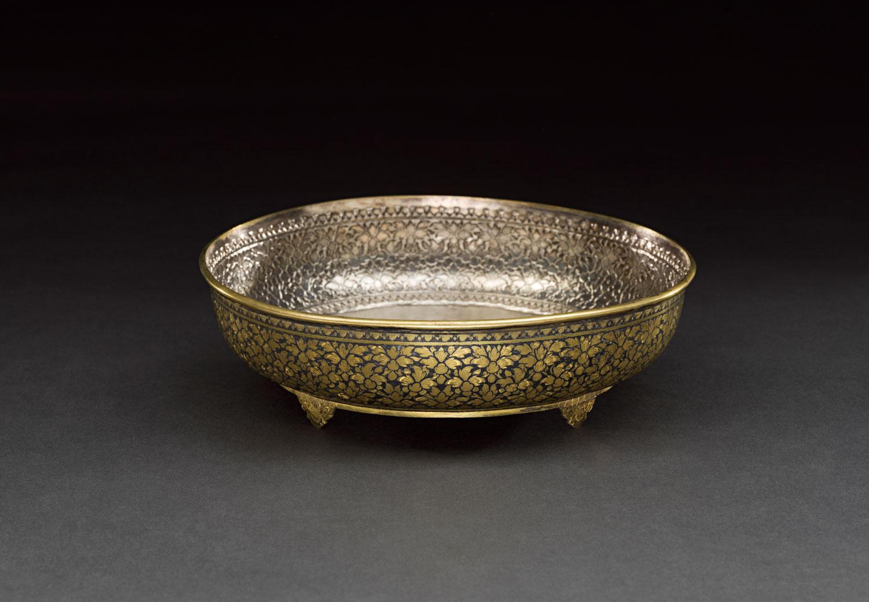 Gold Niello Tray Gift from King Chulalongkorn to the Smithsonian Institution, 1876. Courtesy of the Smithsonian Institution, Department of Anthropology  ถาดหมากถมตะทอง พระบาทสมเด็จพระจุลจอมเกล้าเจ้าอยู่หัวพระราชทานแก่สถาบันสมิธโซเนียน เมื่อ พ.ศ. ๒๔๑๙ ได้รับความอนุเคราะห์จากฝ่ายมานุษยวิทยา สถาบันสมิธโซเนียน
