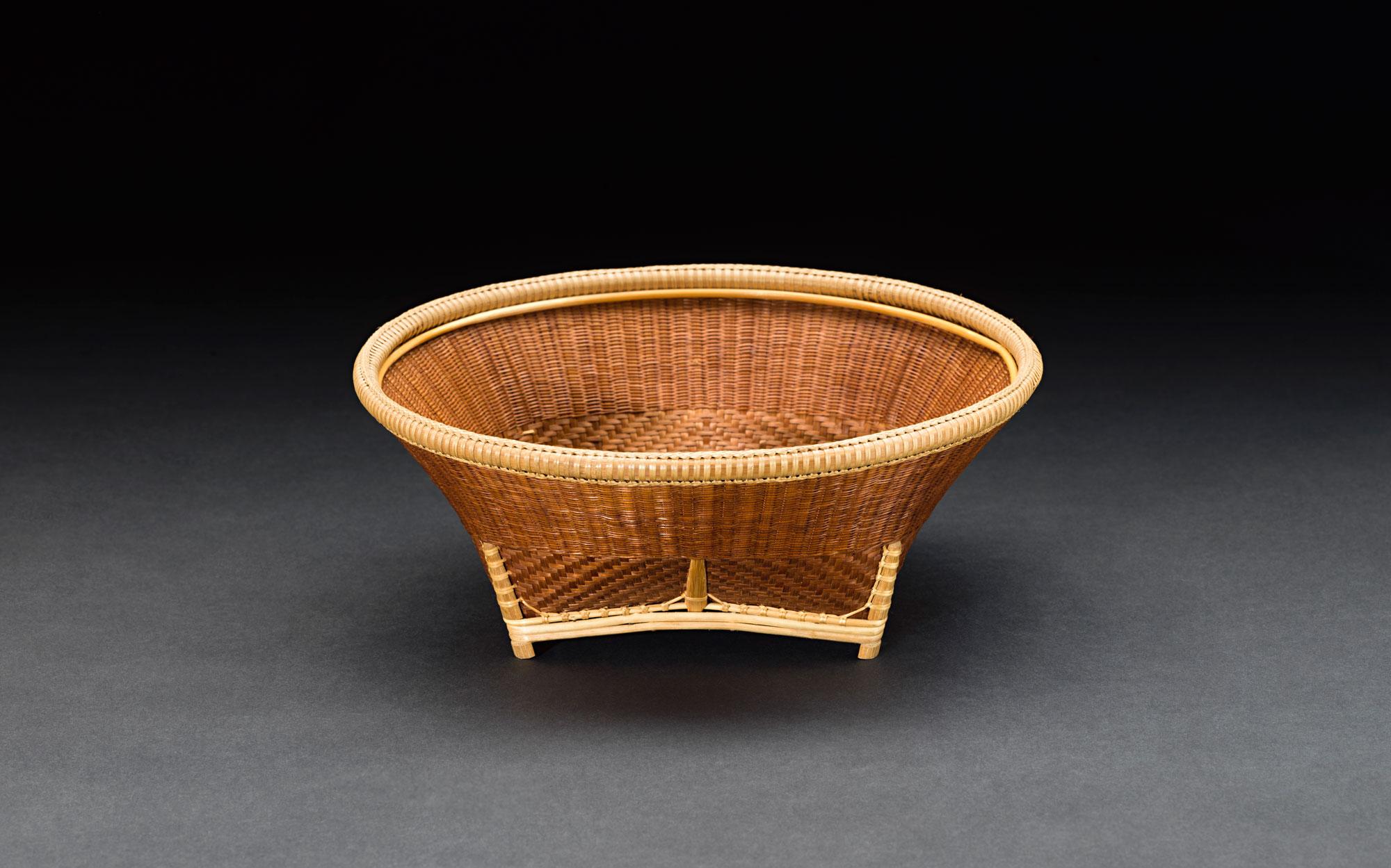 Basketry Set Pho Thong District, Ang Thong Province  Gift from the SUPPORT Foundation to the Smithsonian Institution, 1981 Courtesy of the Smithsonian Institution, Department of Anthropology; E421961-0, E421962-0, E421964-0; Photo by Jim Di Loreto  ชุดตะกร้าสาน อำเภอโพธิ์ทอง จังหวัดอ่างทอง ของขวัญจากมูลนิธิส่งเสริมศิลปาชีพในสมเด็จพระนางเจ้าสิริกิติ์ พระบรมราชินีนาถ มอบให้สถาบันสมิธโซเนียน พ.ศ. ๒๕๒๔ ได้รับความอนุเคราะห์จากฝ่ายมานุษยวิทยา สถาบันสมิธโซเนียน; E421964-0; ถ่ายโดย จิม ดิลอเรโต