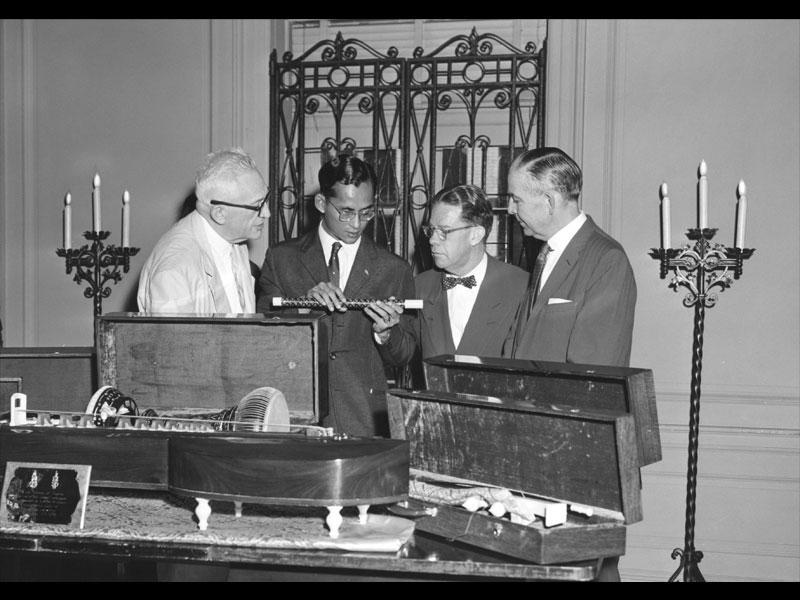 King Bhumibol Adulyadej gifts traditional Thai instruments to the Library of Congress, 1960 Washington, D.C. Courtesy of the Library of Congress Collections  พระบาทสมเด็จพระพระปรมินทรมหาภูมิพลอดุลยเดชพระราชทานเครื่องดนตรีไทย แก่หอสมุดรัฐสภาสหรัฐฯ พ.ศ. 2503 กรุงวอชิงตัน ดี.ซี. ได้รับความอนุเคราะห์จากหอสมุดรัฐสภาสหรัฐฯ