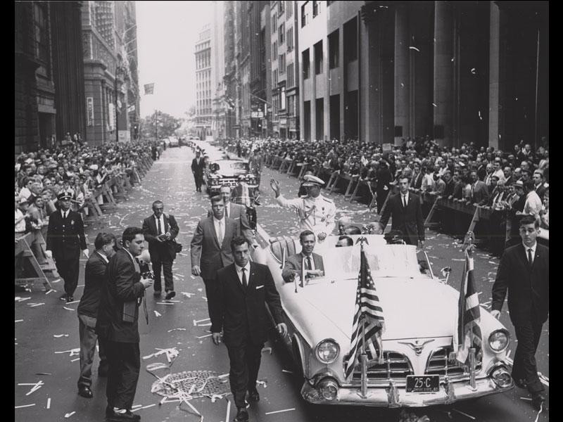 King Bhumibol Adulyadej is welcomed with a ticker-tape parade, 1960 New York, New York Courtesy of the National Archives at College Park, MD, Still Picture Unit  พระบาทสมเด็จพระปรมินทรมหาภูมิพลอดุลยเดชทรงได้รับการต้อนรับด้วยขบวนพาเหรดสายรุ้ง พ.ศ. 2503 นครนิวยอร์ก รัฐนิวยอร์ก ได้รับความอนุเคราะห์จากฝ่ายภาพนิ่ง องค์การบริหารจดหมายเหตุและบันทึกแห่งชาติ คอลเลจพาร์ก รัฐแมริแลนด