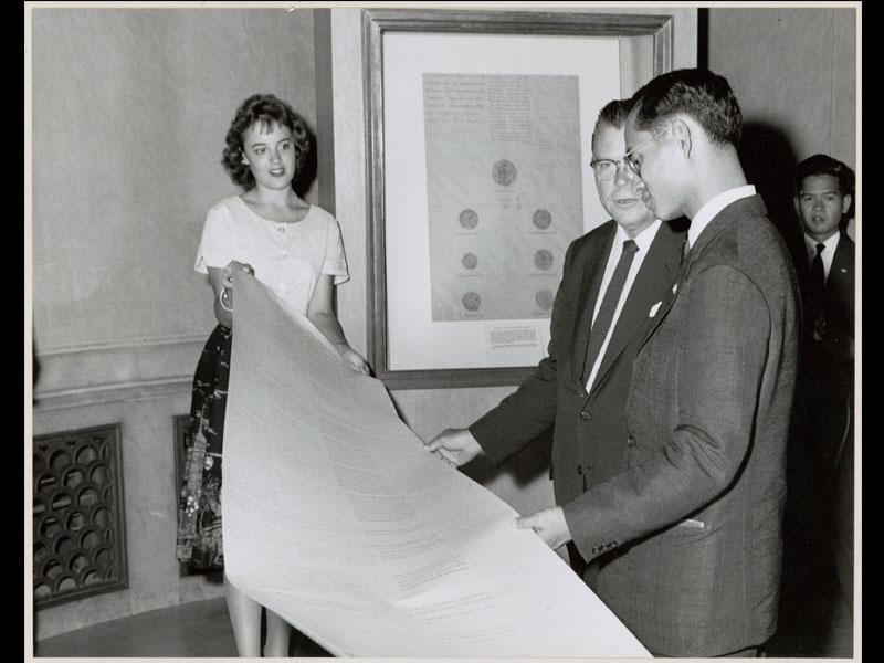 King Bhumibol Adulyadej looks at a facsimile of the 1833 Treaty at the National Archives Building, 1960 Washington, D.C. Courtesy of the National Archives at College Park, MD, Still Picture Unit  พระบาทสมเด็จพระปรมินทรมหาภูมิพลอดุลยเดชทอดพระเนตรสำเนาสนธิสัญญาฉบับ พ.ศ. 2376 ณ อาคารองค์การบริหารจดหมายเหตุและบันทึกแห่งชาติ กรุงวอชิงตัน ดี. ซี. พ.ศ. 2503 ได้รับความอนุเคราะห์จากฝ่ายภาพนิ่ง องค์การบริหารจดหมายเหตุและบันทึกแห่งชาติ คอลเลจพาร์ก รัฐแมริแลนด์