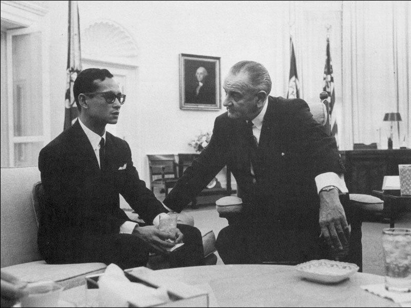 King Bhumibol Adulyadej meets with President Johnson in the Oval Office, 1967 Washington, D.C. Photograph by Yoichi R. Okamoto Courtesy of the Lyndon B. Johnson Presidential Library and Museum  ประธานาธิบดีลินดอน จอห์นสันรับเสด็จพระบาทสมเด็จพระปรมินทรมหาภูมิพลอดุลยเดชที่ห้องทำงานรูปไข่ พ.ศ. 2510 กรุงวอชิงตัน ดี.ซี. ถ่ายโดยโยอิจิ อาร์. โอกาโมโต ได้รับความอนุเคราะห์จากพิพิธภัณฑ์และหอสมุดประธานาธิบดีลินดอน บี. จอห์นสัน