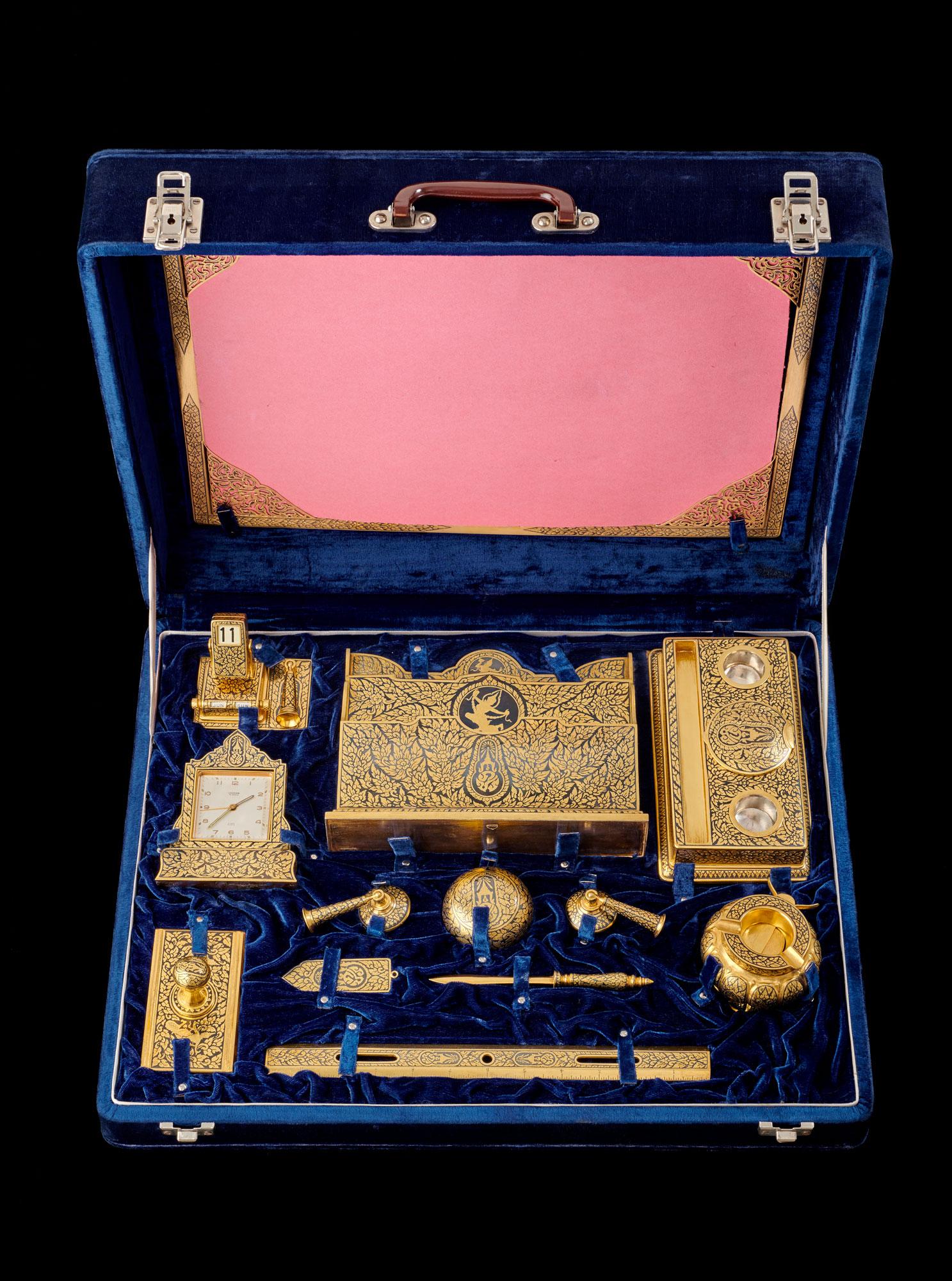 Gold Niello Desk Set Gift from King Bhumibol Adulyadej to President Dwight D. Eisenhower, 1960 35.8 x 45.7 cm Courtesy of the Dwight D. Eisenhower Presidential Library and Museum; 63-378. 1-12  ชุดเครื่องเขียนถมทอง ของขวัญพระราชทานจากพระบาทสมเด็จพระปรมินทรมหาภูมิพลอดุลยเดช แก่ประธานาธิบดีดไวท์ ดี. ไอเซนฮาวร์ พ.ศ. ๒๕๐๓ ๓๕.๘ x ๔๕.๗ ซม. ได้รับความอนุเคราะห์จากพิพิธภัณฑ์และหอสมุดประธานาธิบดีดไวท์ ดี. ไอเซนฮาวร์; 63-378. 1-12