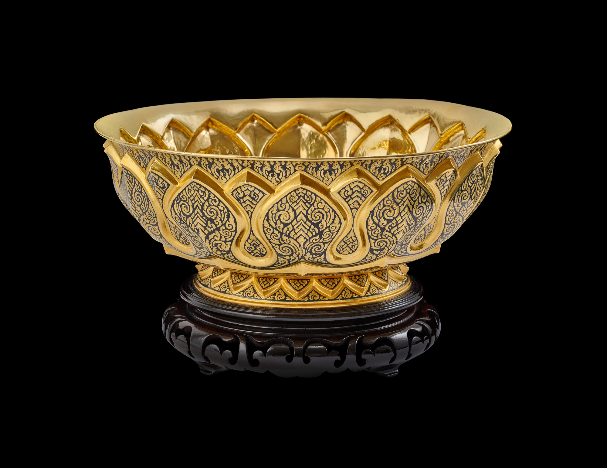 "Gold Niello Bowl Gift from King Bhumibol Adulyadej to First Lady Claudia ""Lady Bird"" Johnson, 1967 14.29 x 25.72 cm Courtesy of the Lyndon B. Johnson Presidential Library and Museum; 1967.38.3  พานถมทอง ของขวัญพระราชทานจากพระบาทสมเด็จพระปรมินทรมหาภูมิพลอดุลยเดช แก่นางคลอเดีย ""เลดี เบิร์ด"" จอห์นสัน สุภาพสตรีหมายเลขหนึ่ง พ.ศ. ๒๕๑๐ ๑๔.๒๙ x ๒๕.๗๒ ซม. ได้รับความอนุเคราะห์จากพิพิธภัณฑ์และหอสมุดประธานาธิบดีลินดอน บี. จอห์นสัน; 1967.38.3"