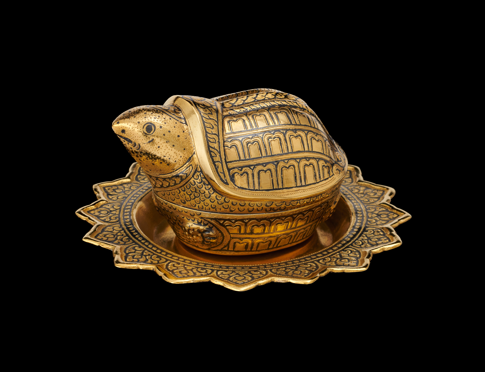 Gold Niello Turtle and Tray Gift from King Bhumibol Adulyadej to First Grandson Patrick Lyndon Nugent, 1967 6.35 x 6.53 cm Courtesy of the Lyndon B. Johnson Presidential Library and Museum; 1967.38.4 A-C  เต่าและพานถมทอง ของขวัญพระราชทานจากพระบาทสมเด็จพระปรมินทรมหาภูมิพลอดุลยเดช แก่แพทริค ลินดอน นูเจ็นท์ หลานชายประธานาธิบดีลินดอน บี. จอห์นสัน พ.ศ. ๒๕๑๐ ๖.๓๕ x ๖.๕๓ ซม. ได้รับความอนุเคราะห์จากพิพิธภัณฑ์และหอสมุดประธานาธิบดีลินดอน บี. จอห์นสัน; 1967.38.4 A-C