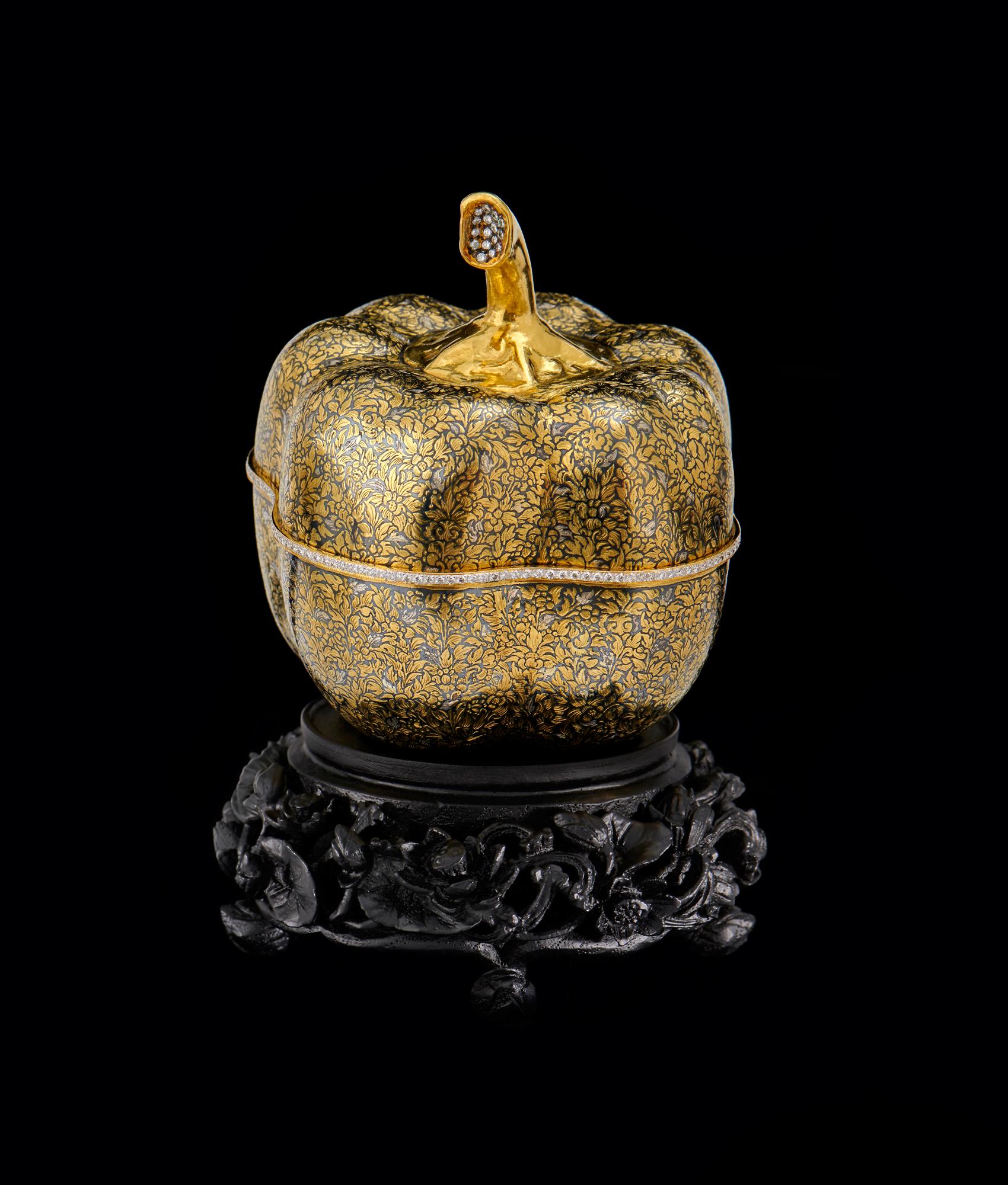 Gold Niello Container Embellished with Diamonds Gift from Queen Sirikit to First Lady Laura Bush, 2003 13 x 9.3 cm Courtesy of the George W. Bush Presidential Library and Museum; FO.333268.1.a-c  ตลับพริกหวานถมตะทองประดับเพชร พร้อมกี๋ไม้แกะสลักฉลุโปร่งลายบัว ของขวัญพระราชทานจากสมเด็จพระนางเจ้าสิริกิติ์ พระบรมราชินีนาถ แก่นางลอรา บุช สุภาพสตรีหมายเลขหนึ่ง พ.ศ. ๒๕๔๖ ๑๓ x ๙.๓ ซม. ได้รับความอนุเคราะห์จากพิพิธภัณฑ์และหอสมุดประธานาธิบดีจอร์จ ดับเบิลยู. บุช; FO.333268.1.a-c