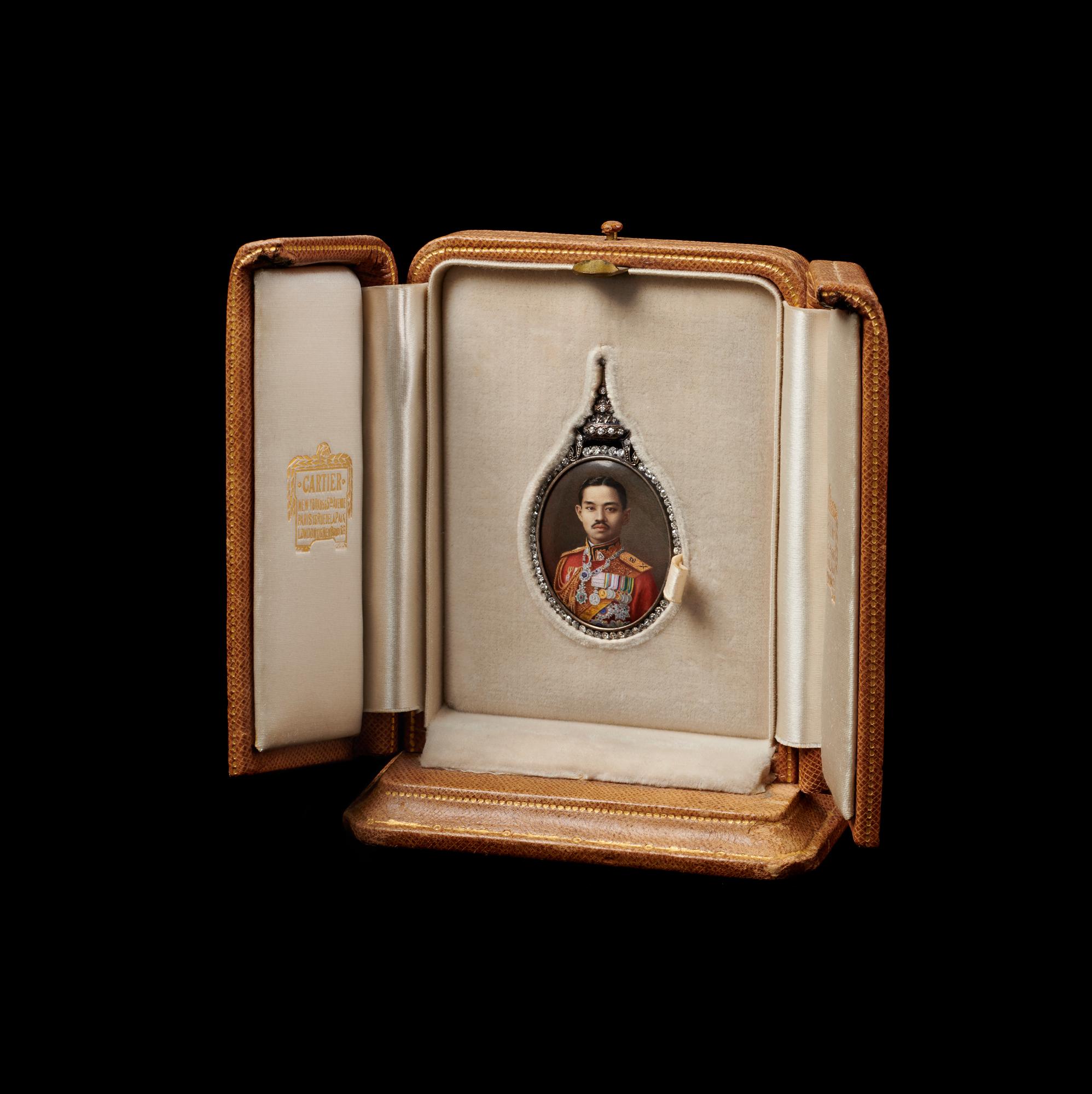 Enamel Portrait of King Prajadhipok in Gold Frame with Diamonds Gift from King Prajadhipok to First Lady Lou Henry Hoover, 1931 5.4 x 3.2 cm Courtesy of the Herbert Hoover Presidential Library and Museum; 65.6.124 (a-b)  พระบรมฉายาลักษณ์พระบาทสมเด็จพระปกเกล้าเจ้าอยู่หัวในกรอบทองฝังเพชร ของขวัญพระราชทานจากพระบาทสมเด็จพระปกเกล้าเจ้าอยู่หัว แก่นางลู เฮนรี ฮูเวอร์ สุภาพสตรีหมายเลขหนึ่ง พ.ศ. ๒๔๗๔ ๕.๔ x ๓.๒ ซม. ได้รับความอนุเคราะห์จากพิพิธภัณฑ์และหอสมุดประธานาธิบดีเฮอร์เบิร์ต ฮูเวอร์