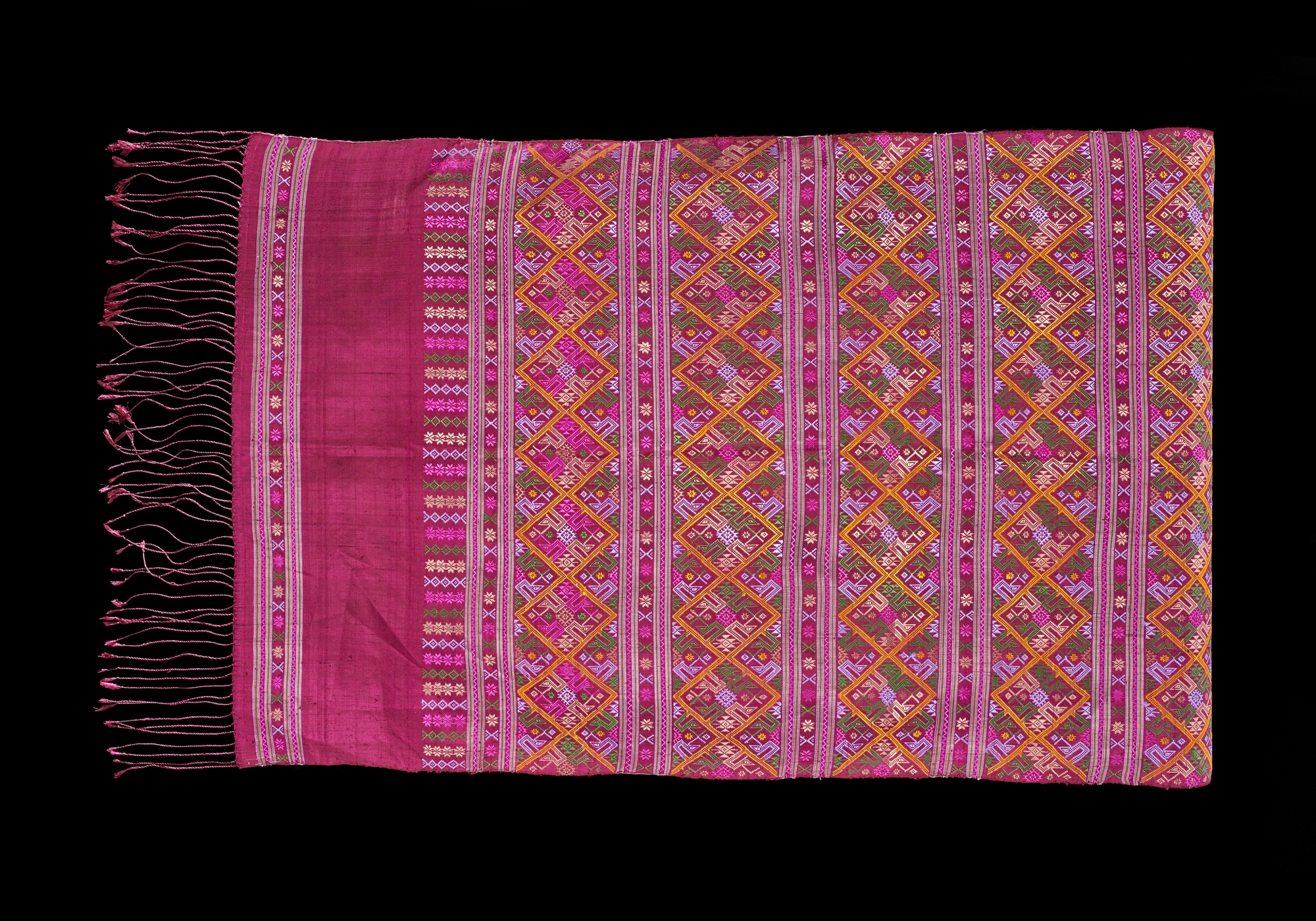 SUPPORT Foundation Praewa Silk Brocade Shoulder Cloth Gift from Queen Sirikit to President George H. W. Bush and First Lady Barbara Bush, 1991 Courtesy of the George Bush Presidential Library and Museum; 91.70108.6  ผ้าแพรวาคลุมไหล่จากมูลนิธิส่งเสริมศิลปาชีพฯ ของขวัญพระราชทานจากสมเด็จพระนางเจ้าสิริกิติ์ พระบรมราชินีนาถ แก่ประธานาธิบดีจอร์จ เอช. ดับเบิลยู. บุช และนางบาร์บารา บุช สุภาพสตรีหมายเลขหนึ่ง พ.ศ. ๒๕๓๔ ได้รับความอนุเคราะห์จากพิพิธภัณฑ์และหอสมุดประธานาธิบดีจอร์จ บุช; 91.70108.6