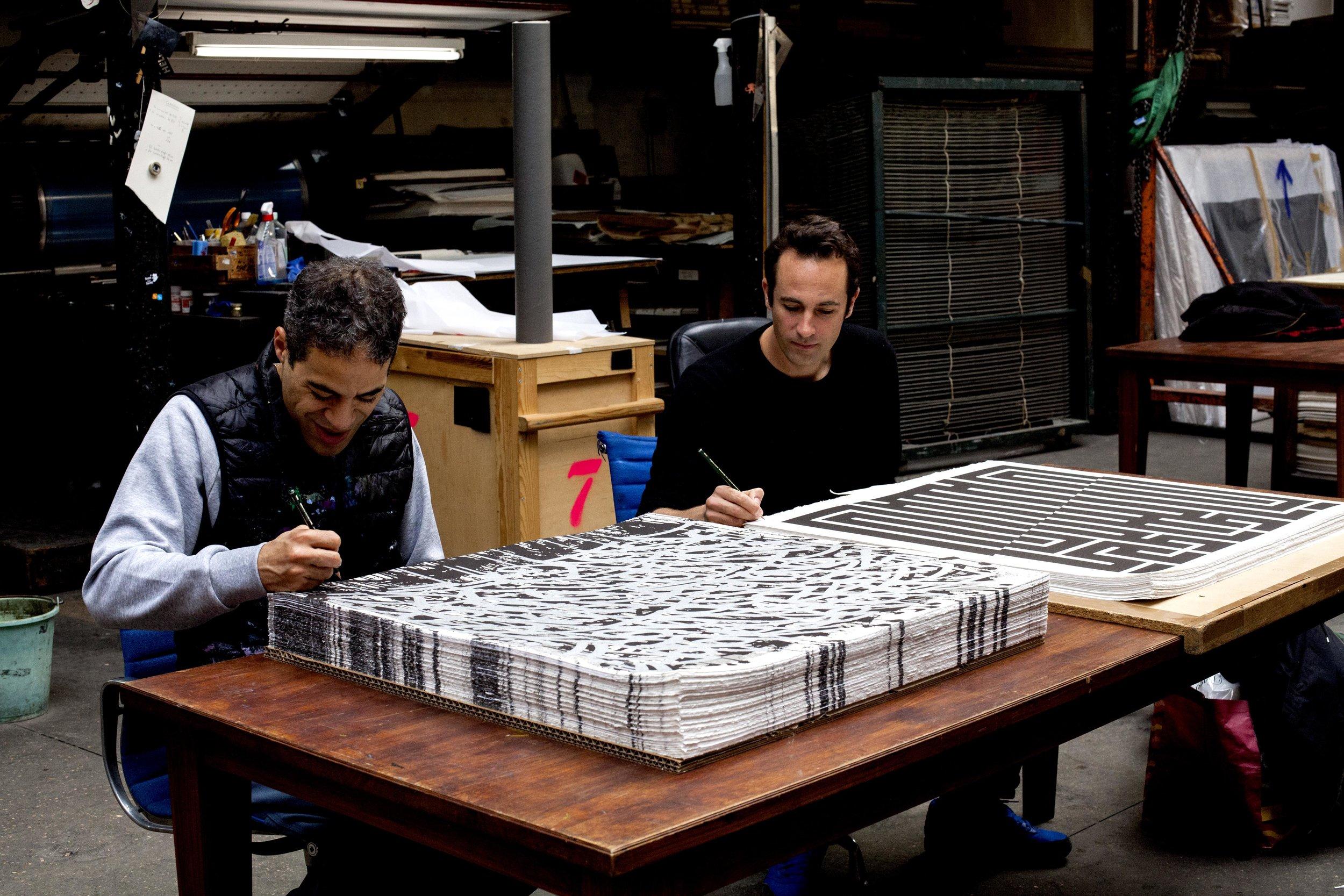 Jonone  &  L'Atlas  signent leurs lithographies tirées sur les presses d'Idem Paris. La première est éditée par Lezarts Urbains.  http://www.lezarts-urbains-editions.com/  http://latlas-art.org/