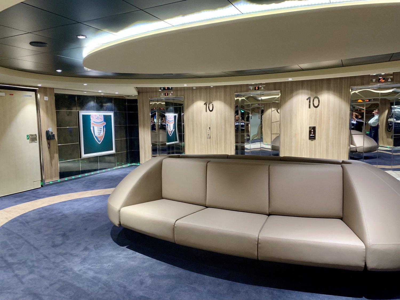 The spacious lift lobby - seats are a good idea!