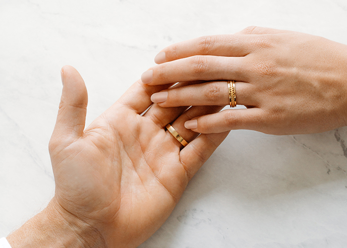 Futura wedding rings are made with 18kt Fairmined Ecological gold. Two holding hands wearing their Futura wedding bands.