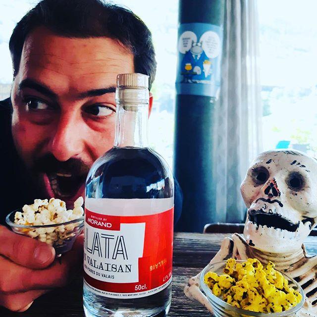 Nouveau gin 100% Valaisan !! Chouette collaboration entre @distilleriemorand  et @alatavermouth à déguster avec des pop-corn maison pour l'apéro du vendredi !!! #gin #valaiswallis #distillerie #sion #sionmaville #popcorn🍿 #popcorn #bieres #binch #cestvendredi #aperoduvendredi #local #artisanale #biereartisanale #creationartisanale