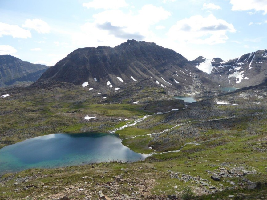 Remote unnamed mountain and surrounding alpine basin in Nááts'ihch'oh National Park Reserve. Photo by Wendy Shanks.