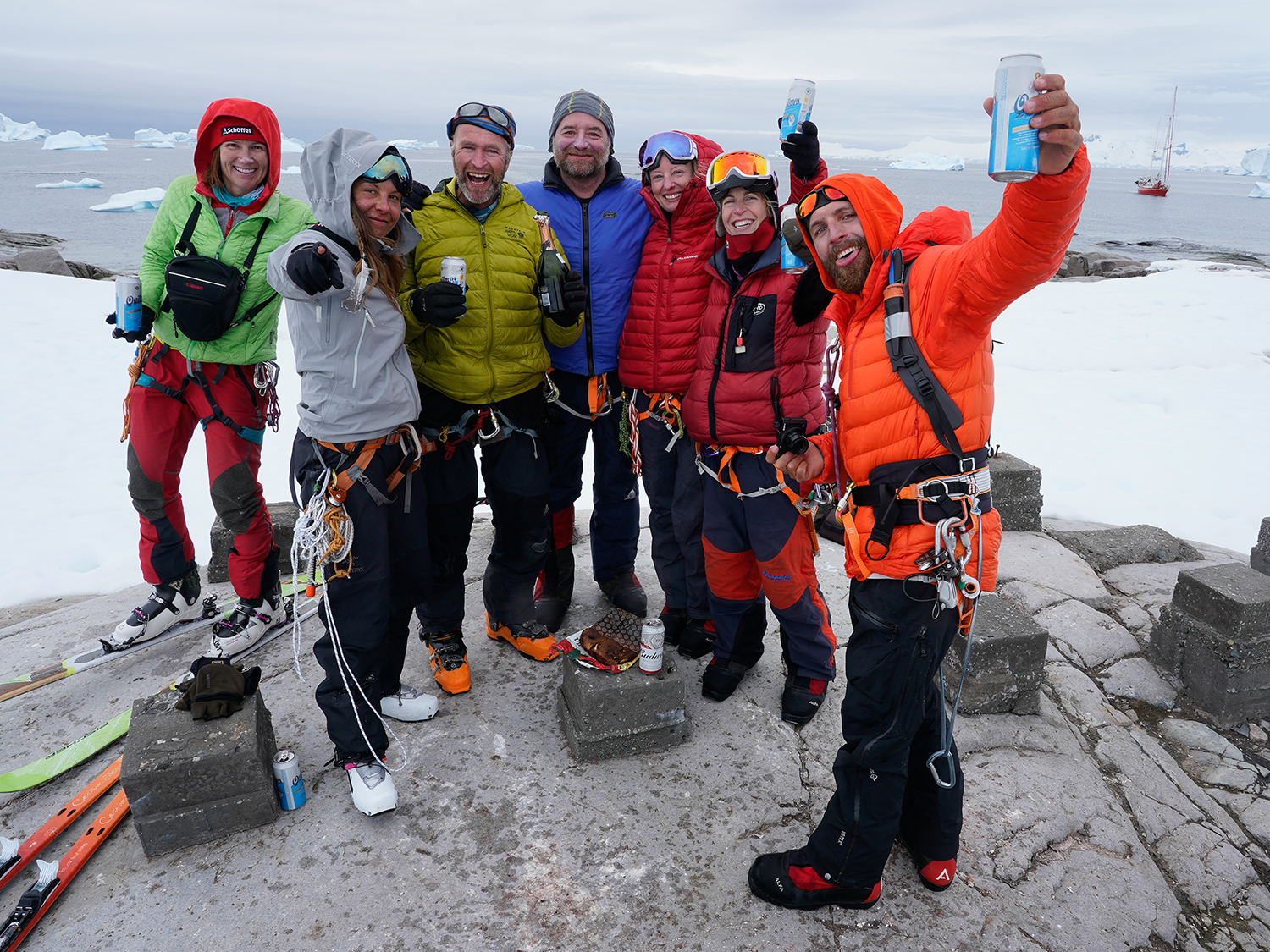 The psyched traverse group. Photo by Ralf Dujmovits.