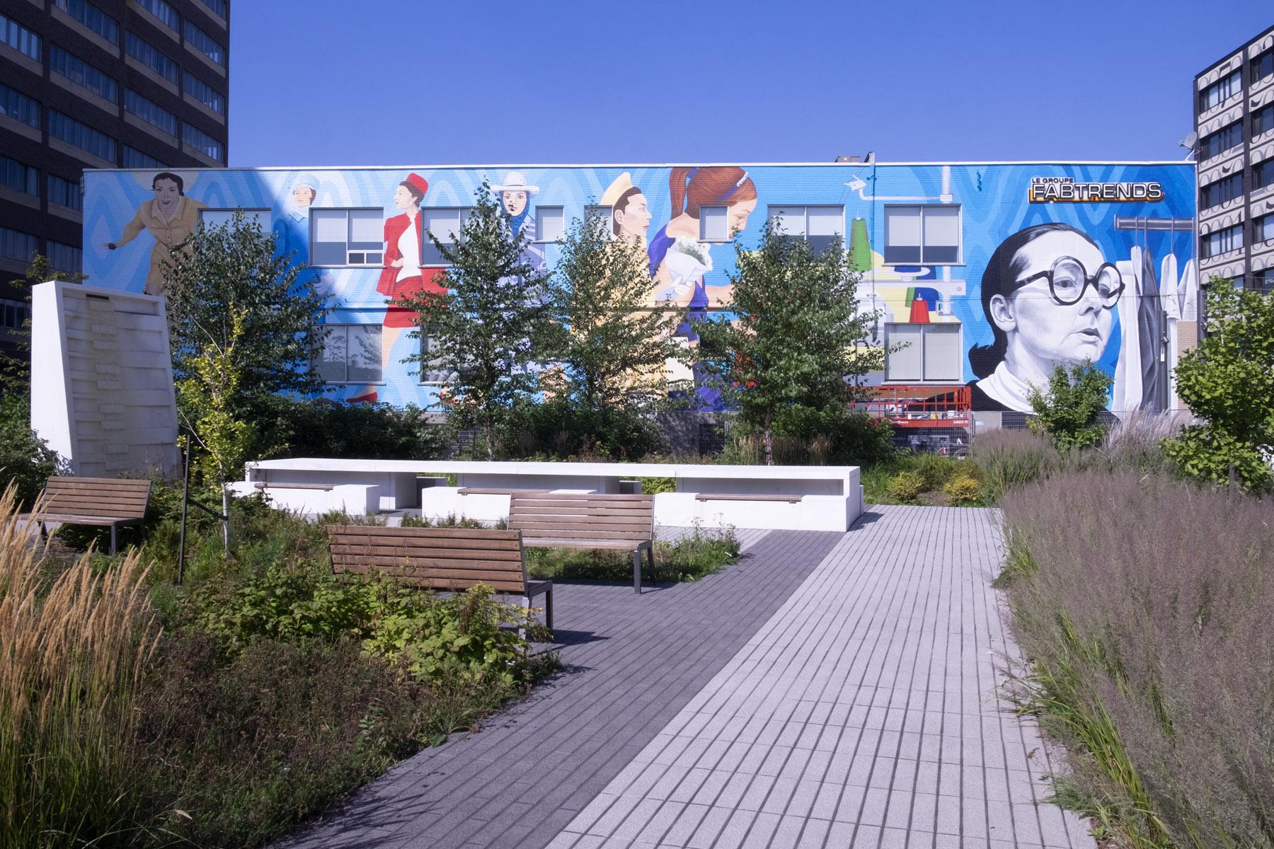 """La murale """"Iona and the catwalk"""", au nord de la Place Iona Monahan, à l'intersection de l'avenue de l'Esplanade et de la rue Chabanel Ouest, Montréal, quelques heures avant d'être complétée."""