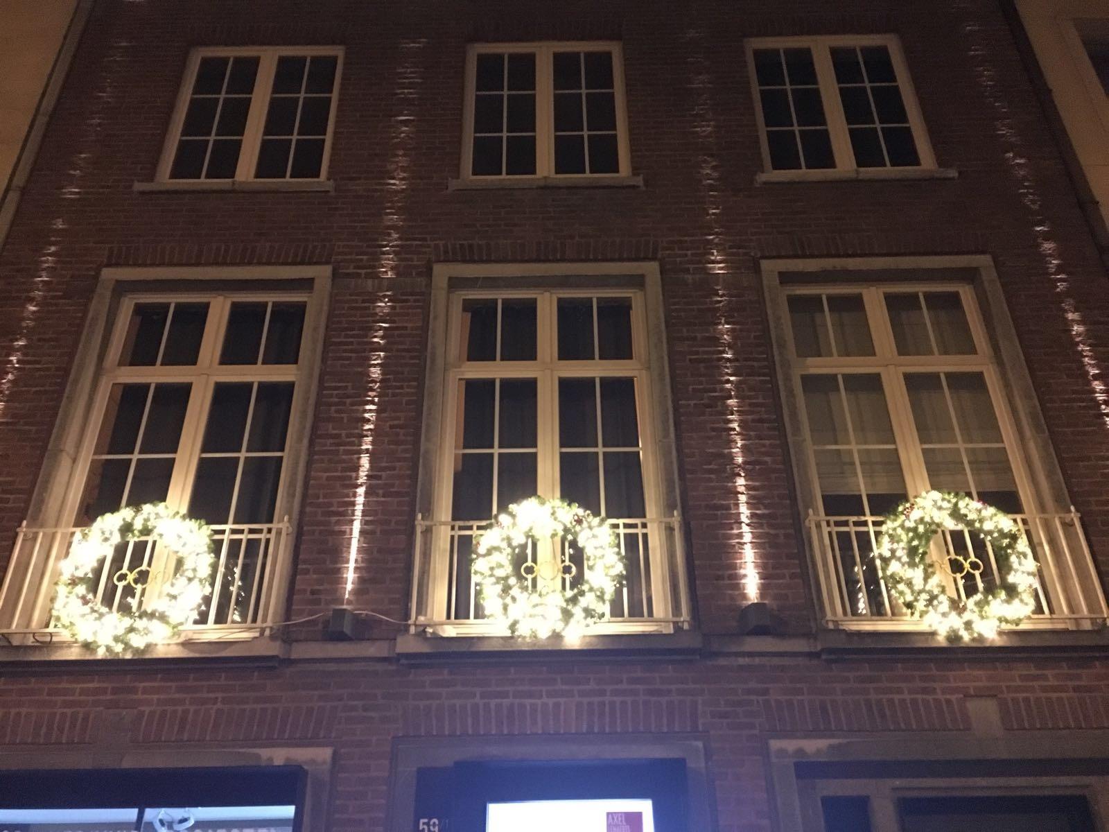 3 Kerstkransen diameter 90 cm met lichtjes en deco