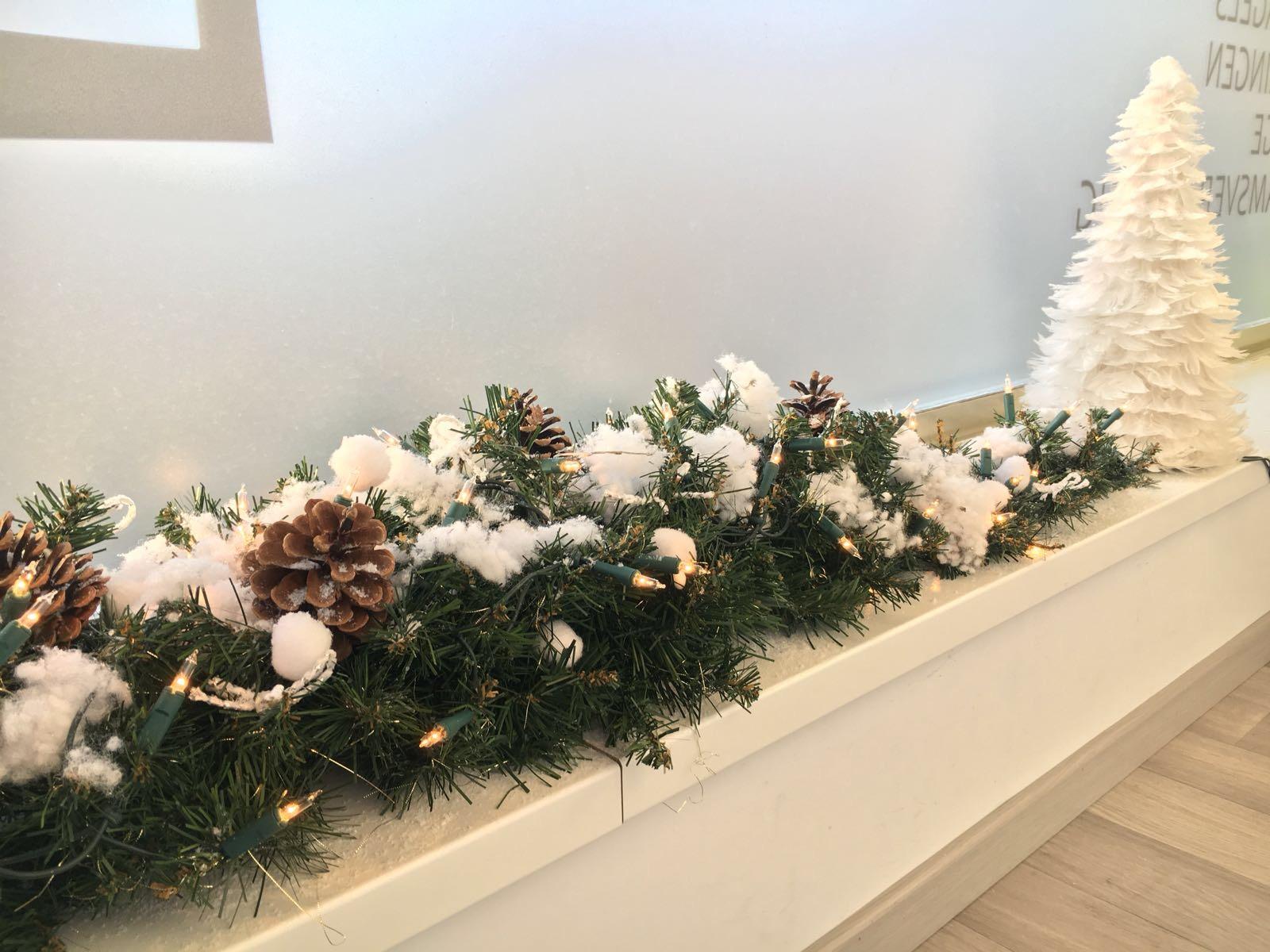 Guirlande met witte kerstdecoratie